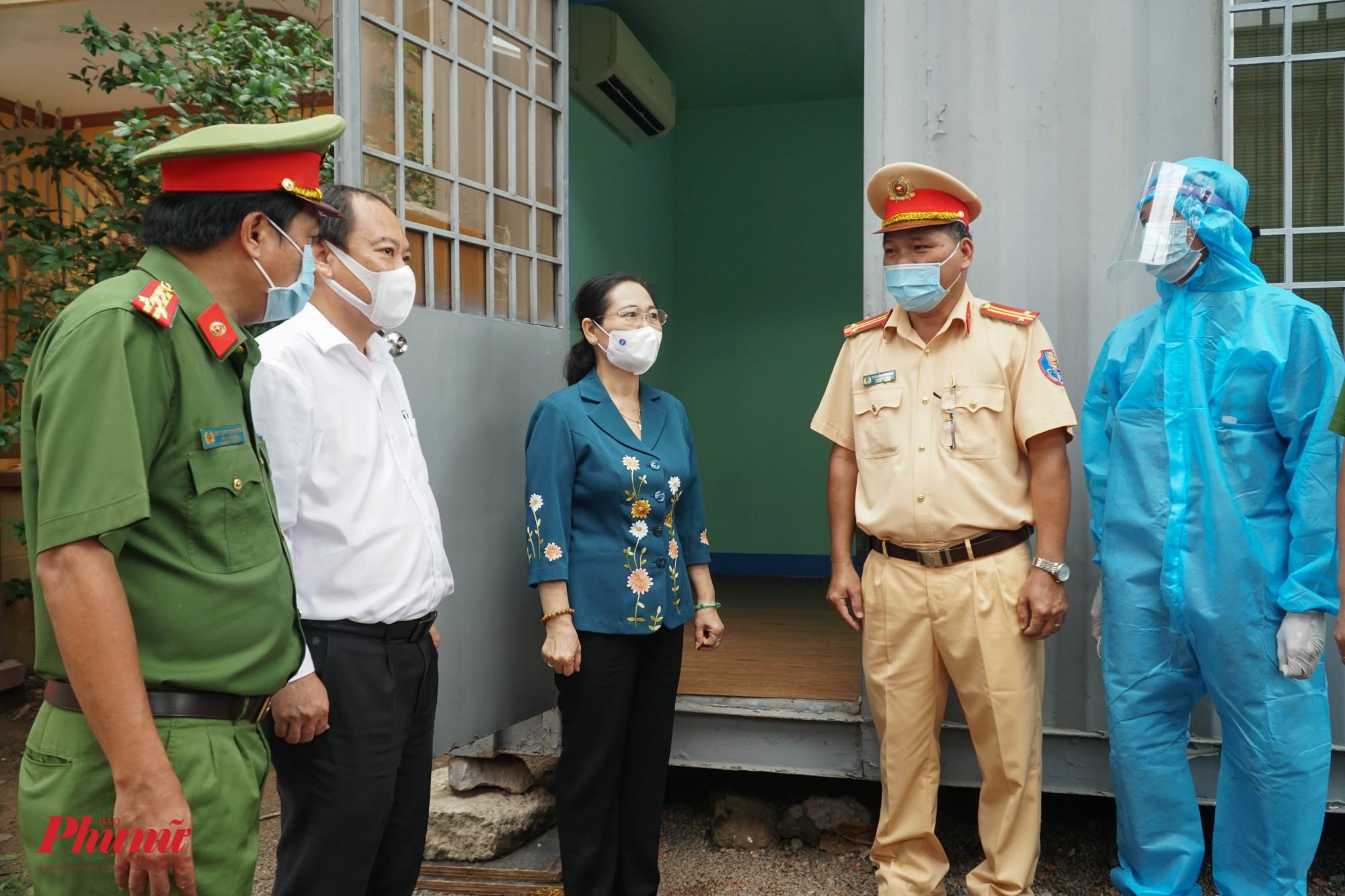 Chủ tịch HĐND Thành phố Nguyễn Thị Lệ yêu cầu trưởng chốt quan tâm nhiều hơn đến sức khỏe và động viên tinh thần anh em lực lượng hoàn thành tốt nhiệm vụ được giao
