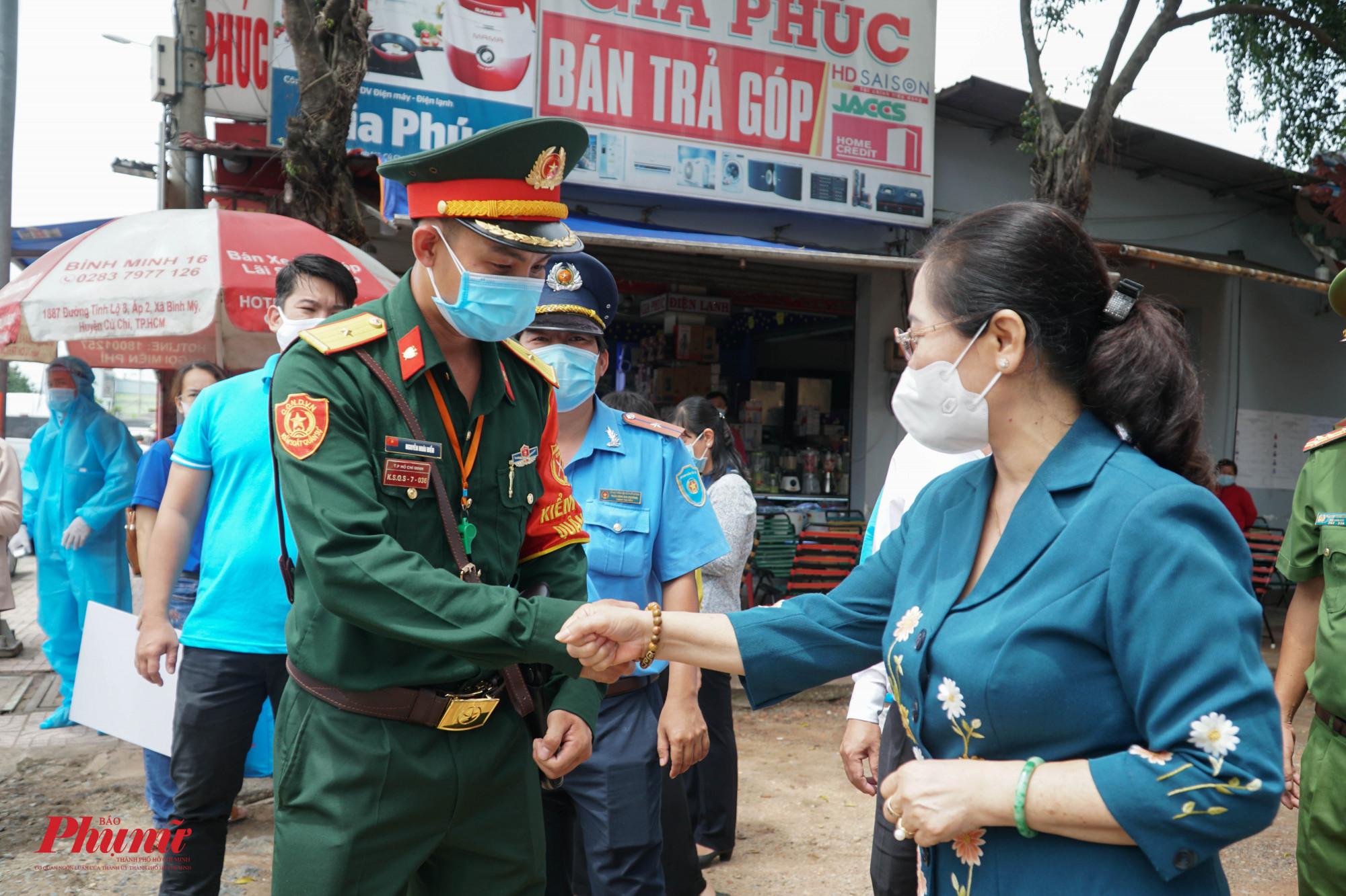 Bà Nguyễn Thị Lệ nahức các cán bộ chiến sĩ, nhân viên y tế phải giữ gìn sức khỏe