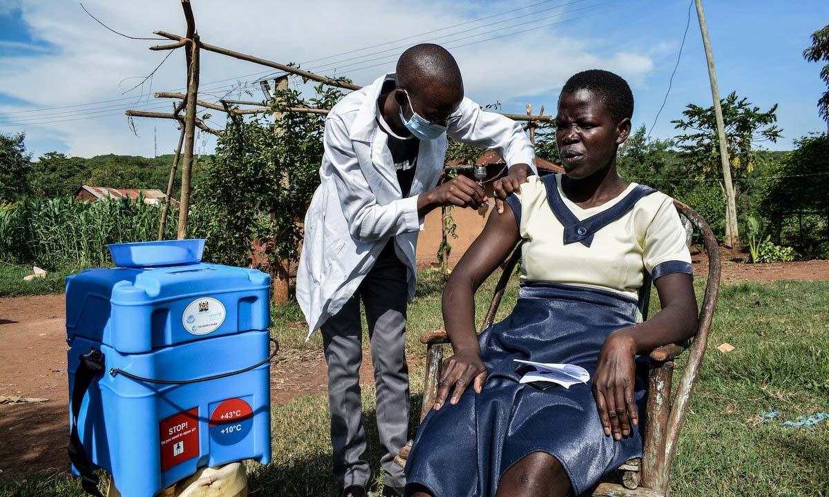 Một phụ nữ người Kenya đang được tiêm vắc-xin ngừa COVID-19 - Ảnh: Brian Ongoro/AFP via Getty Images