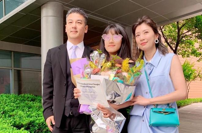 Giả Tịnh Văn và Tôn Chí Hạo gặp lại nhau năm 2019 trong lễ tốt nghiệp của con gái