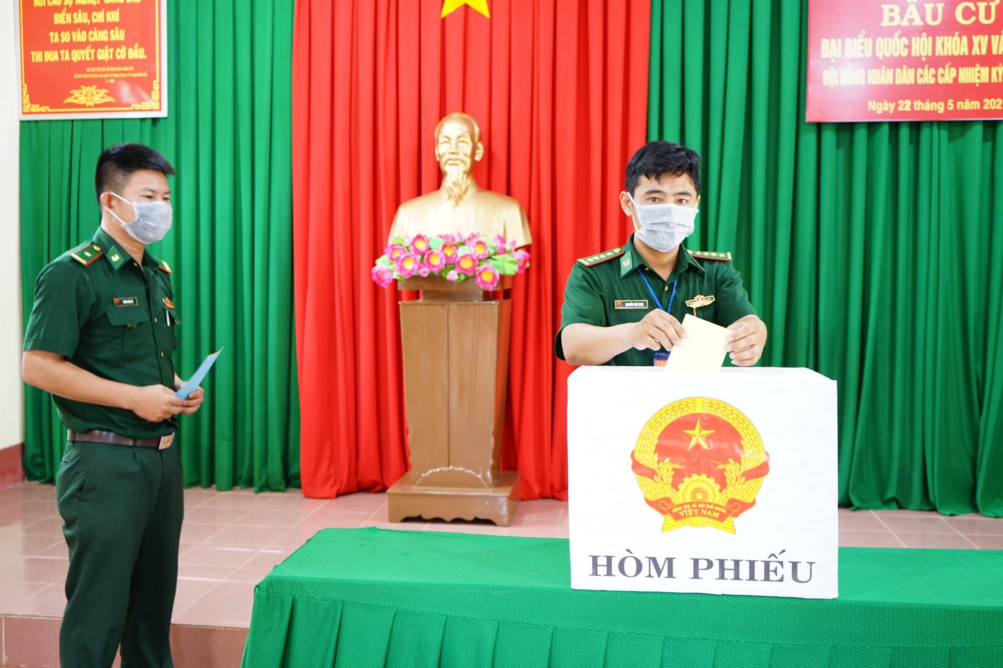 Các chiến sĩ Đồn biên phòng Cửa khẩu Đắk Ruê tham gia bầu cử