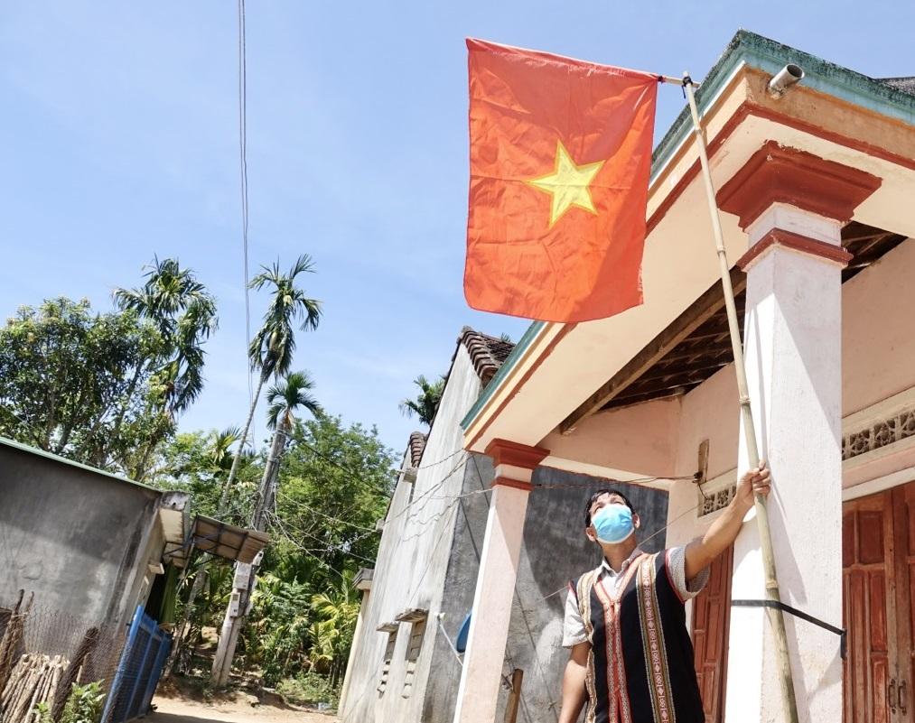 Người dân treo cờ chào mừng ngày hội bầu cử