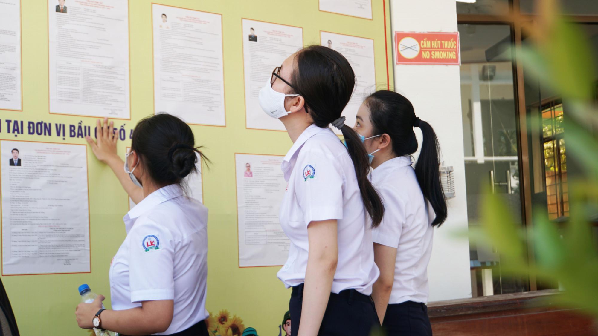 Học sinh đủ 18 tuổi trường THPT chuyên Lê Khiết chuẩn bị đi bầu cử