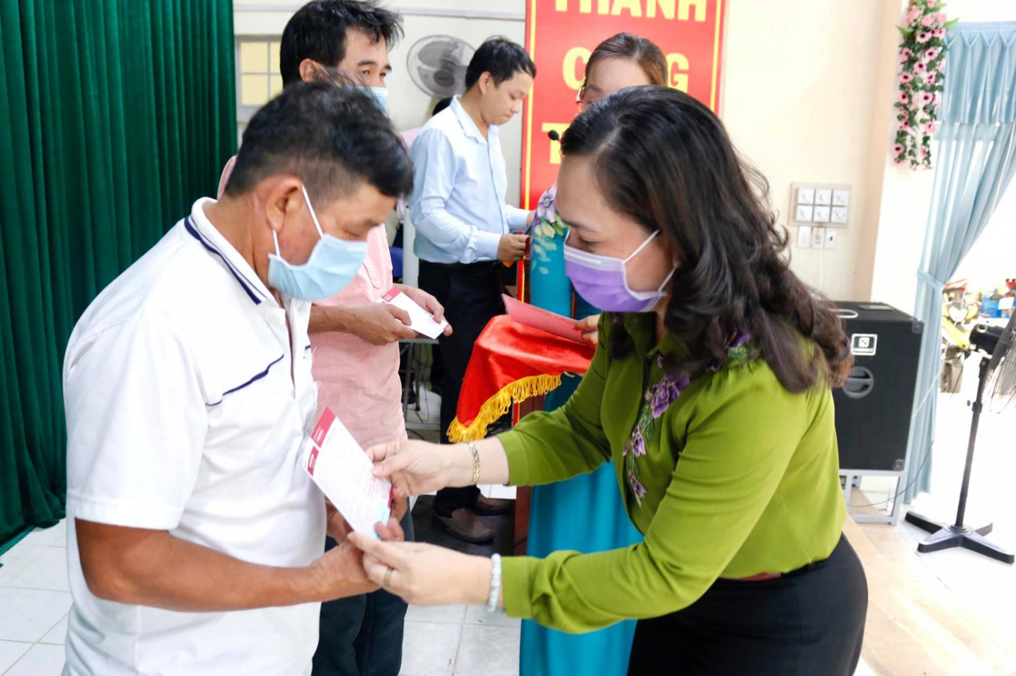 Bfa Ngueyexn Thanh Xuân - Chru tịch Hội Nông dân TP - trưởng khối thi đua 18 trao sổ tiết kiệm cho nông dân trên địa bàn huyện Củ Chi