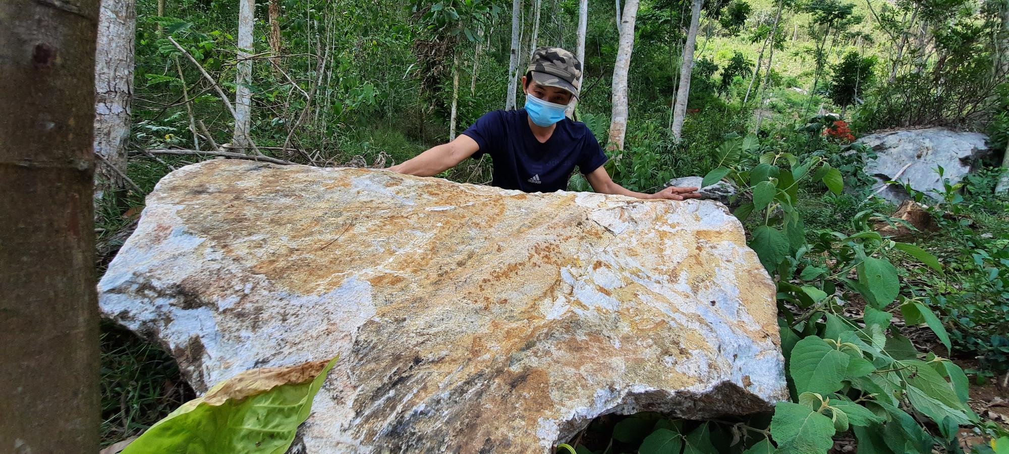 Những tảng đá lớn đổ xuống ngay phía sau lưng nhà những người dân thôn Thạnh Mỹ 2 khiến họ vô cùng lo lắng
