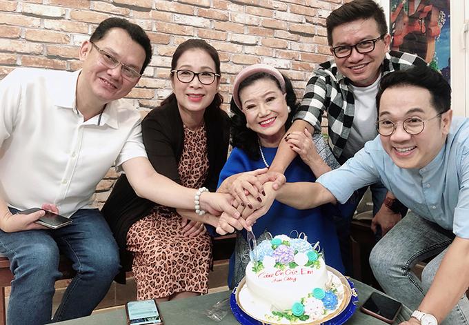 NSND Kim Cương và các nghệ sĩ hỗ trợ bà trong dự án này