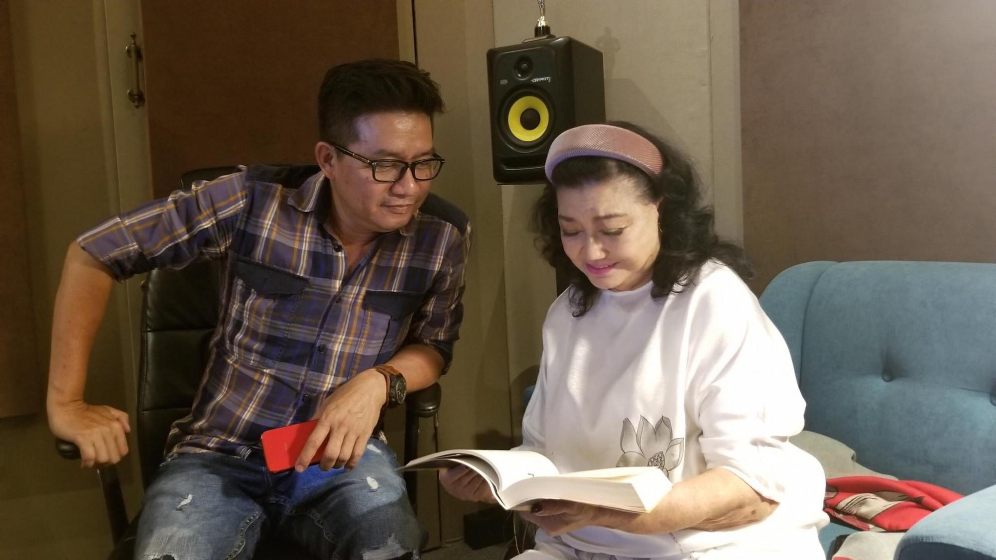 NSND Kim Cương và nghệ sĩ Đạt Phi trong phòng thu âm