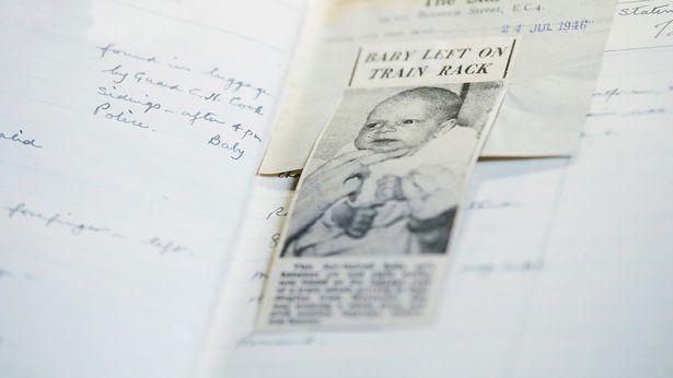 Tấm ảnh của bà Marguerite Huggett lúc 6 tuần tuổi được cắt ra từ trang Tìm trẻ lạc của một tờ nhật báo và được đính vào sổ nhật ký công việc của ga tàu vào năm 1946 - Ảnh: ITV