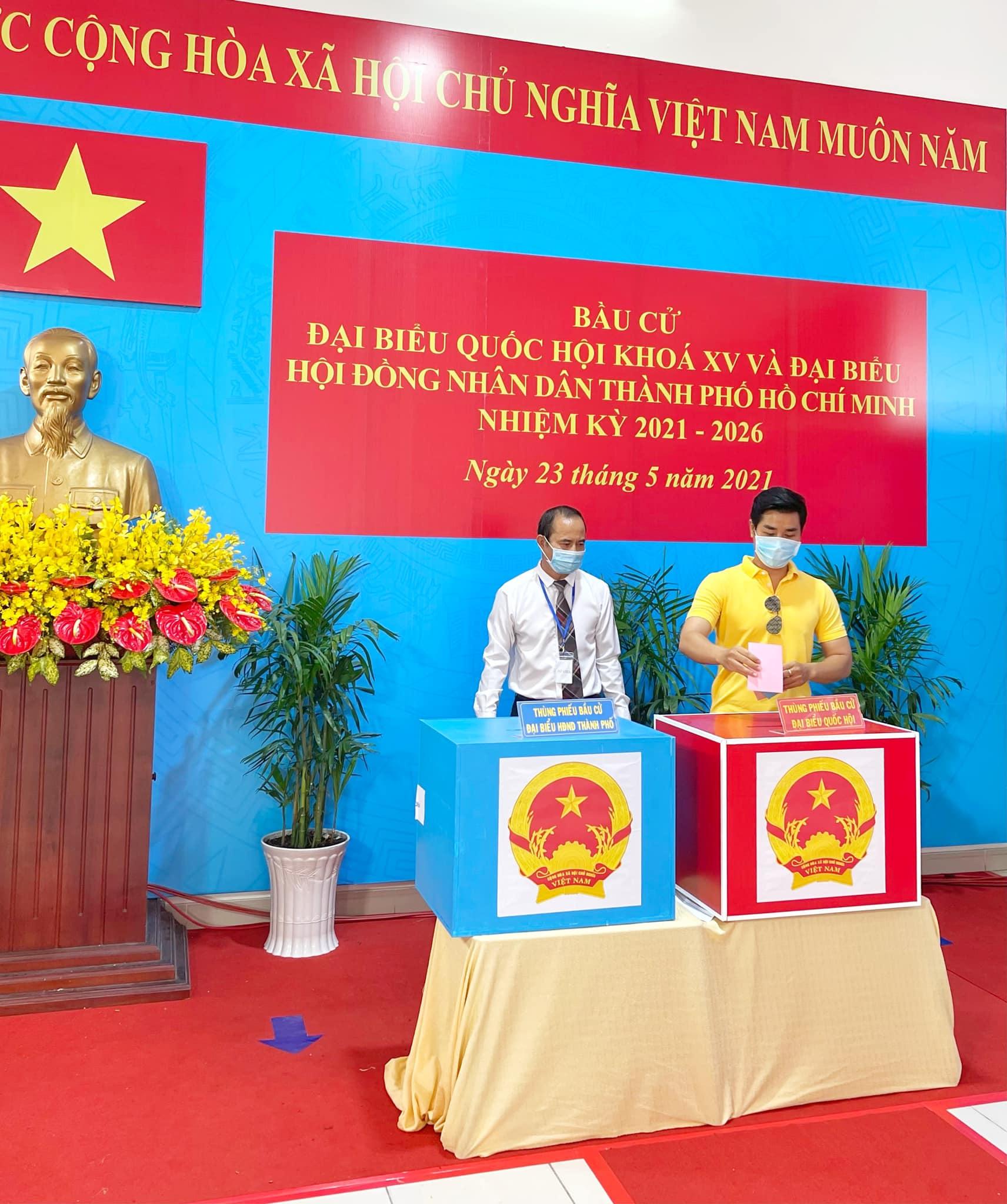 MC Nguyên Khang đi bầu cử sáng nay.