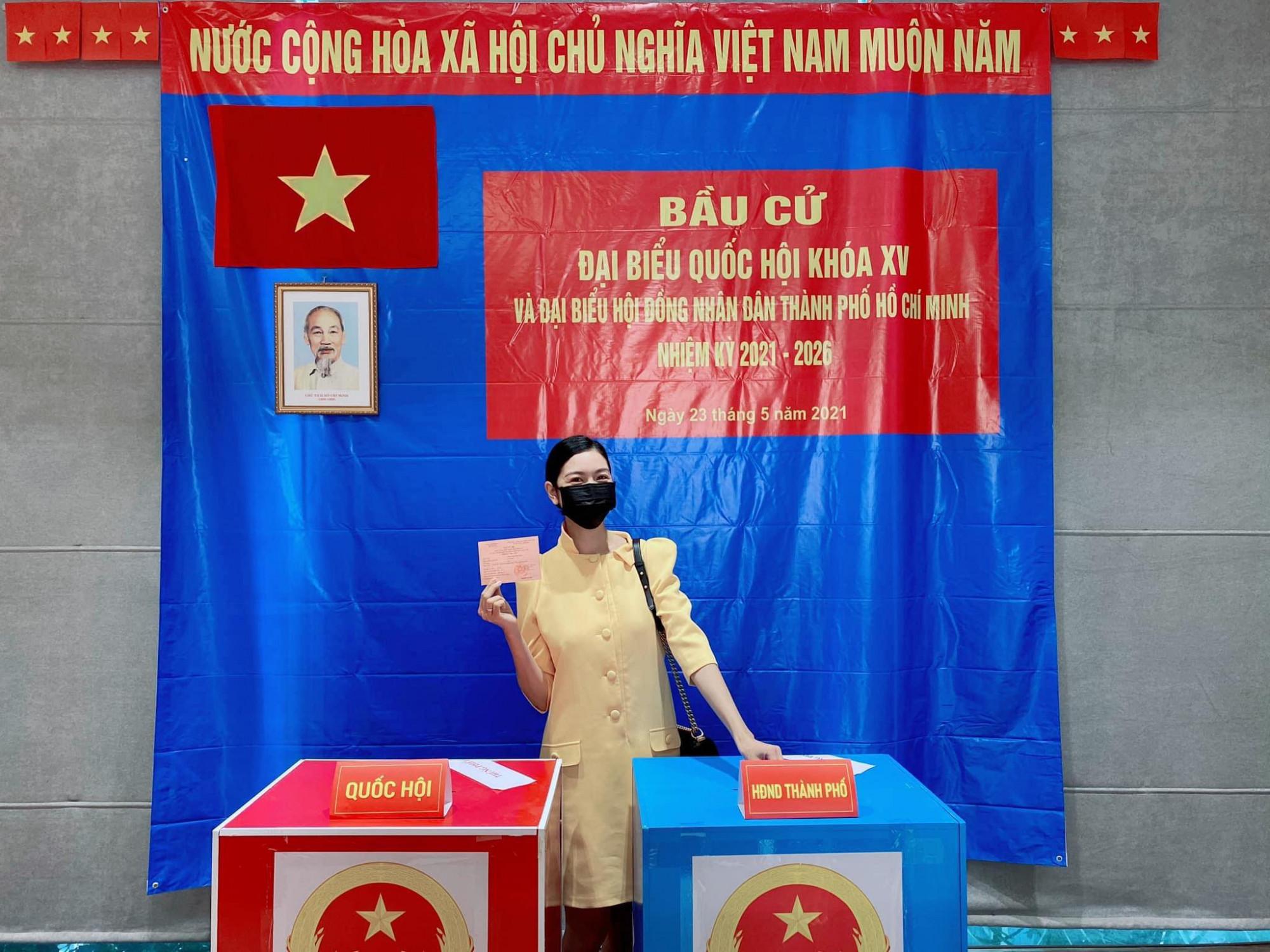Á hậu Thuý Vân di bỏ phiếu tại quận Bình Thạnh.