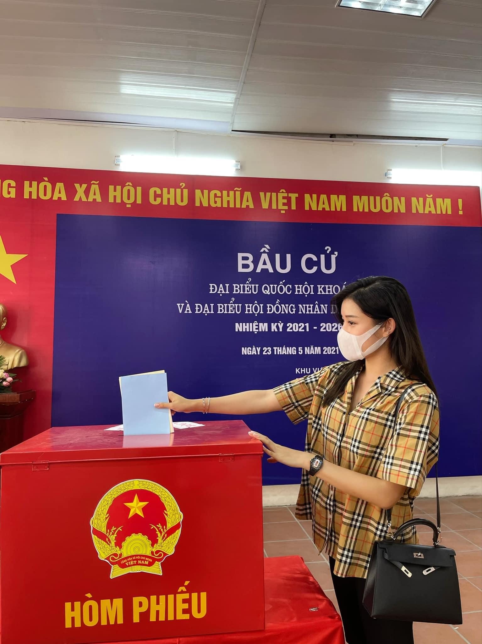 Á hậu Huyền My bỏ phiếu bầu cử tại phường Láng Thượng, Q. Đống Đa, Hà Nội.