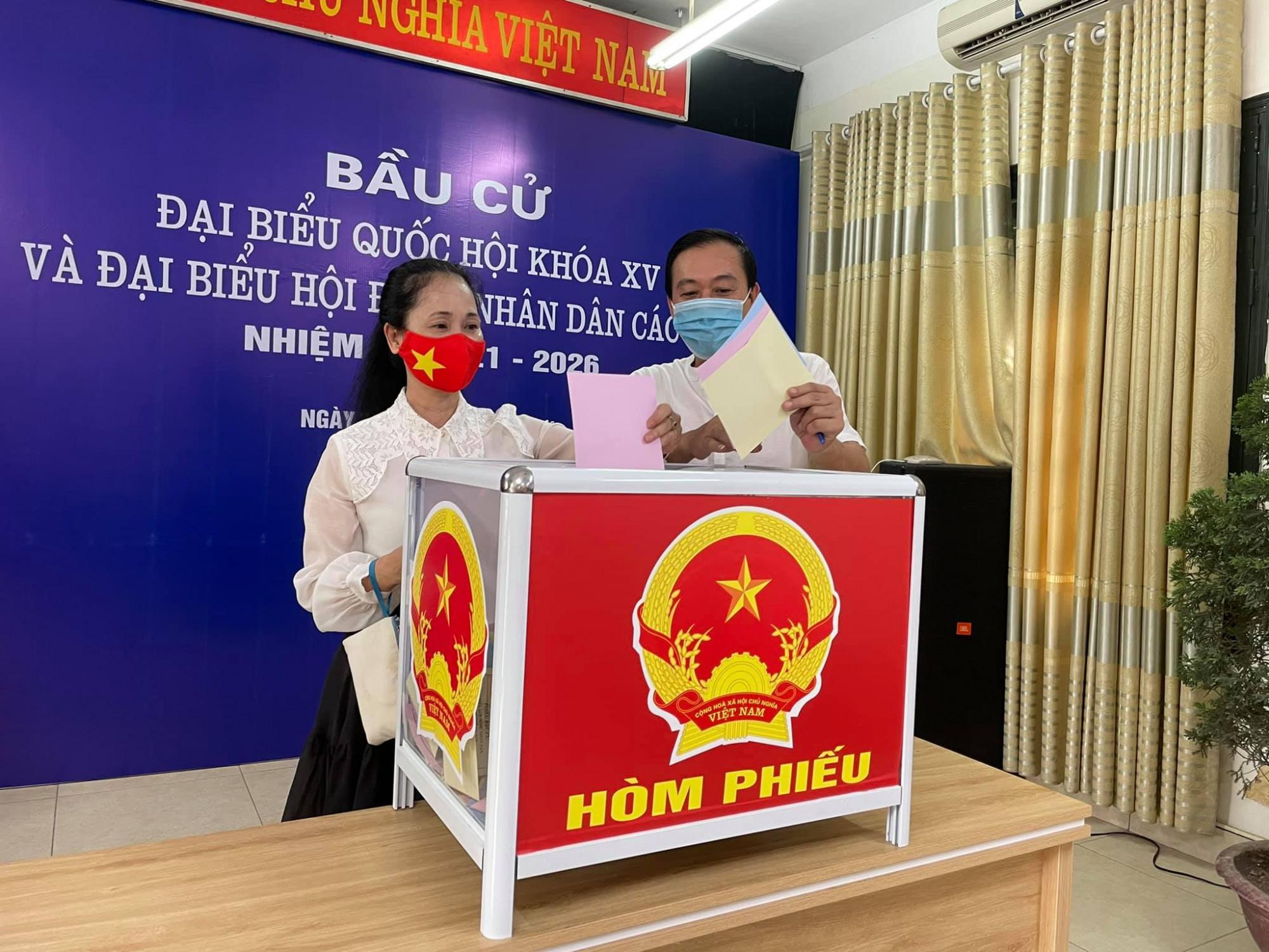 NSND Lan Hương và chồng - NSƯT Đỗ Kỷ bỏ phiếu tại Hà Nội. Nữ nghệ sĩ cho biết có 2 vấn đề lớn bà quan tâm và mong được giải quyết trong nhiệm kỳ tới là văn hoá ứng xử của cộng đồng, đặc biệt chú trọng giáo dục giới trẻ và