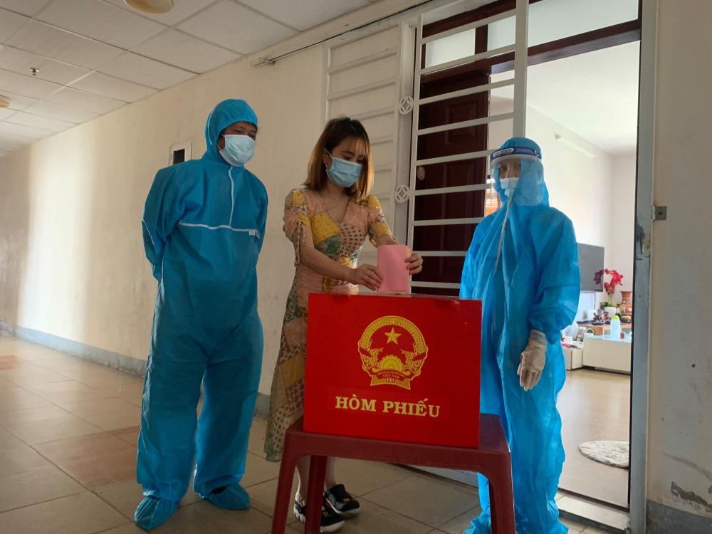 Cử tri bỏ phiếu bầu trong khu chung cư 12T3, P.Nại Hiên Đông, Q.Sơn Trà, Đà Nẵng. Khu chung cư này đang bị cách ly y tế do có người nhiễm COVID-19 - Ảnh: Lê Đình Dũng.