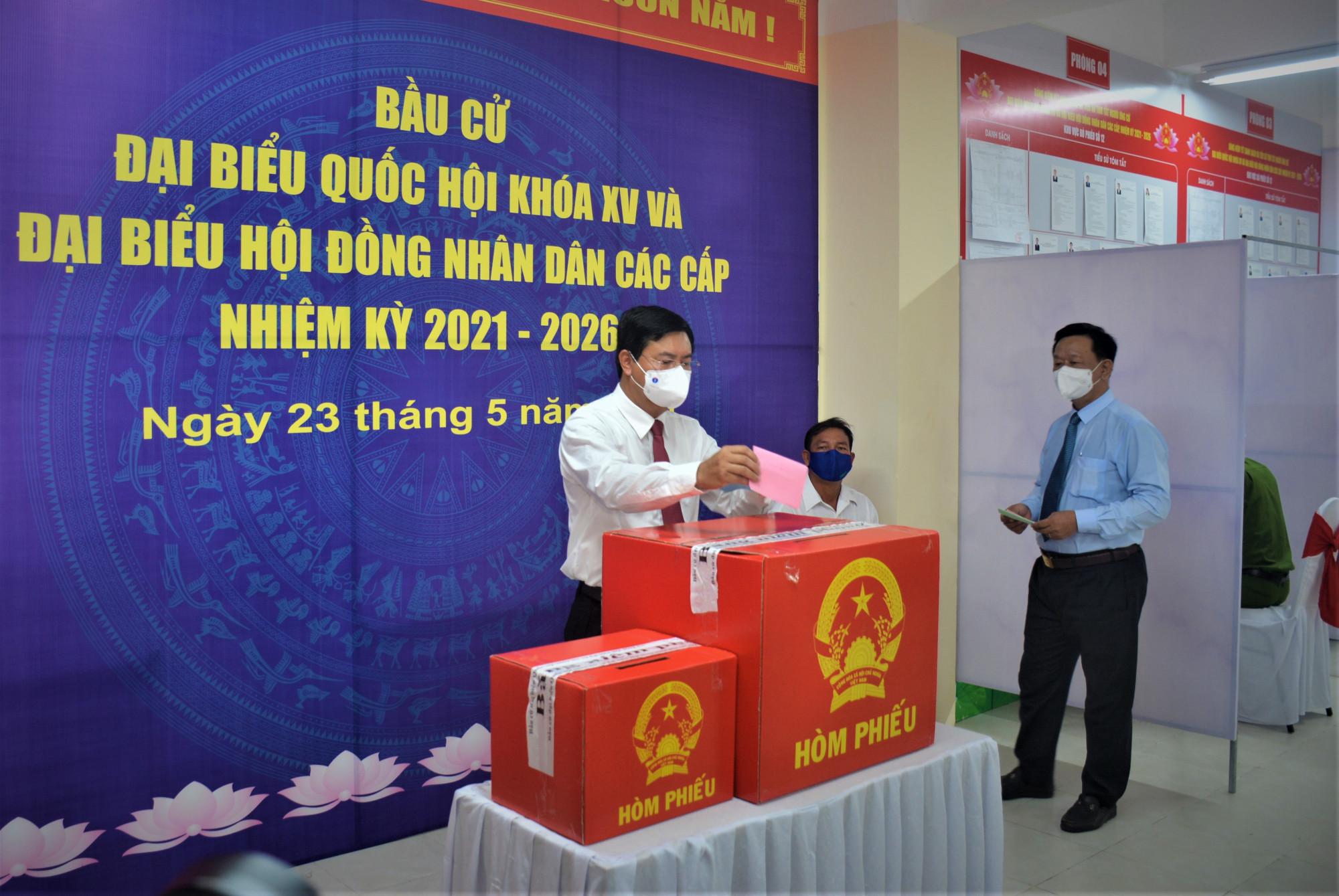 Ông Nguyễn Tiến Hải, Ủy viên Ban Chấp hành Trung ương Đảng, Bí Thư Tỉnh ủy Cà Mau, bỏ phiếu bầu cử tại Khu vực bỏ phiếu số 12, cột cờ Hà Nội tại Mũi Cà Mau.