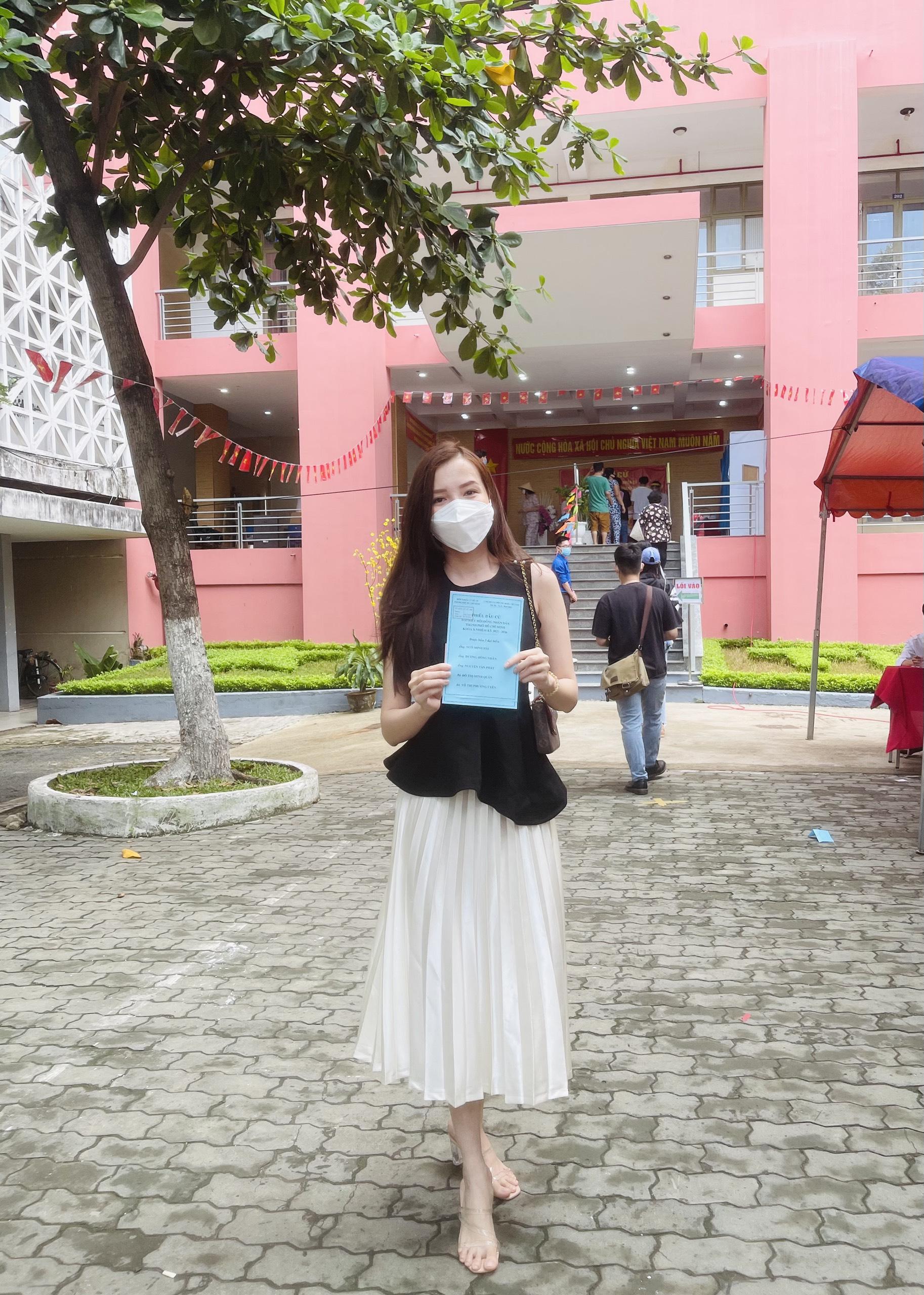 Hoa khôi Huỳnh Thuý Vi đi bầu cử tại P.17, Q. Bình Thạnh.