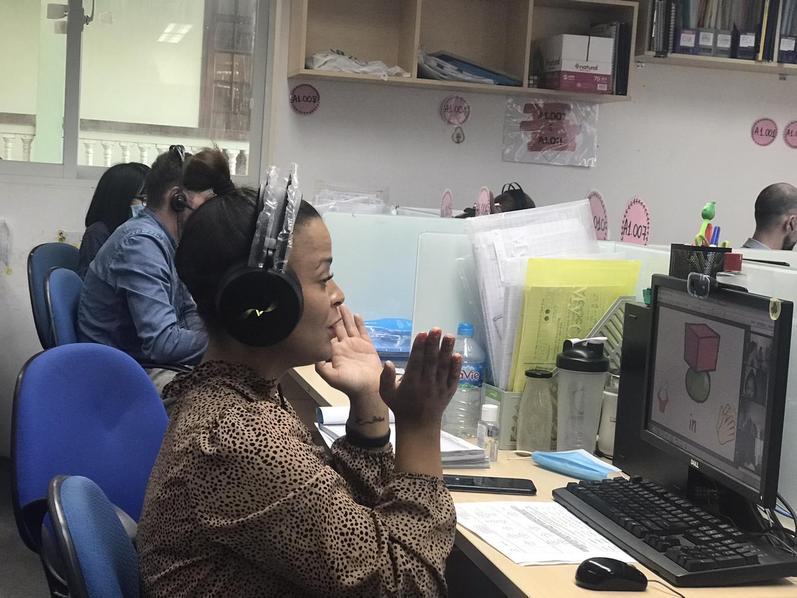 Giáo viên chương trình tiếng Anh tích hợp dạy trực tuyến bằng nhiều hoạt động sinh động