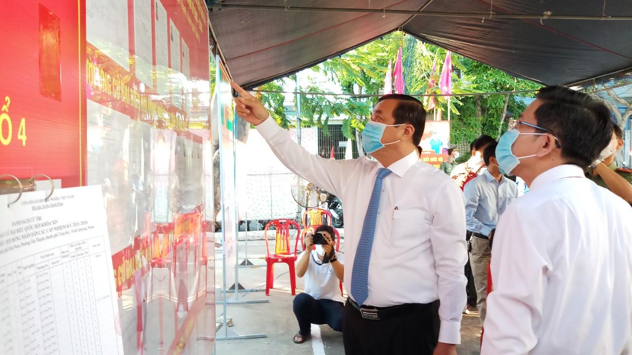 Bí thư Tỉnh ủy Quảng Nam - Phan Việt Cường kiểm tra và tham gia bỏ phiếu tại khu vực bỏ phiếu số 6 (khối phố Hòa Nam, phường Tân Thạnh, TP.Tam Kỳ)