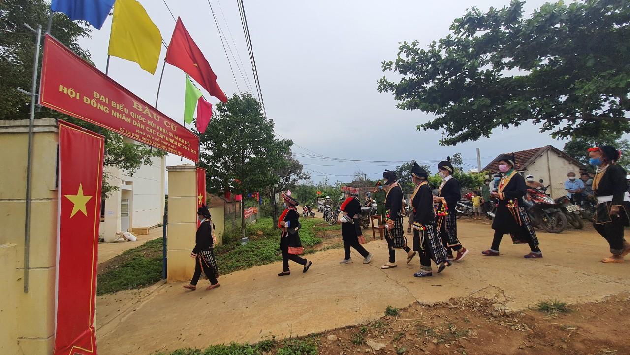 Cử tri xã Ea Bar (huyện Sông Hinh) đi đến các điểm bỏ phiếu