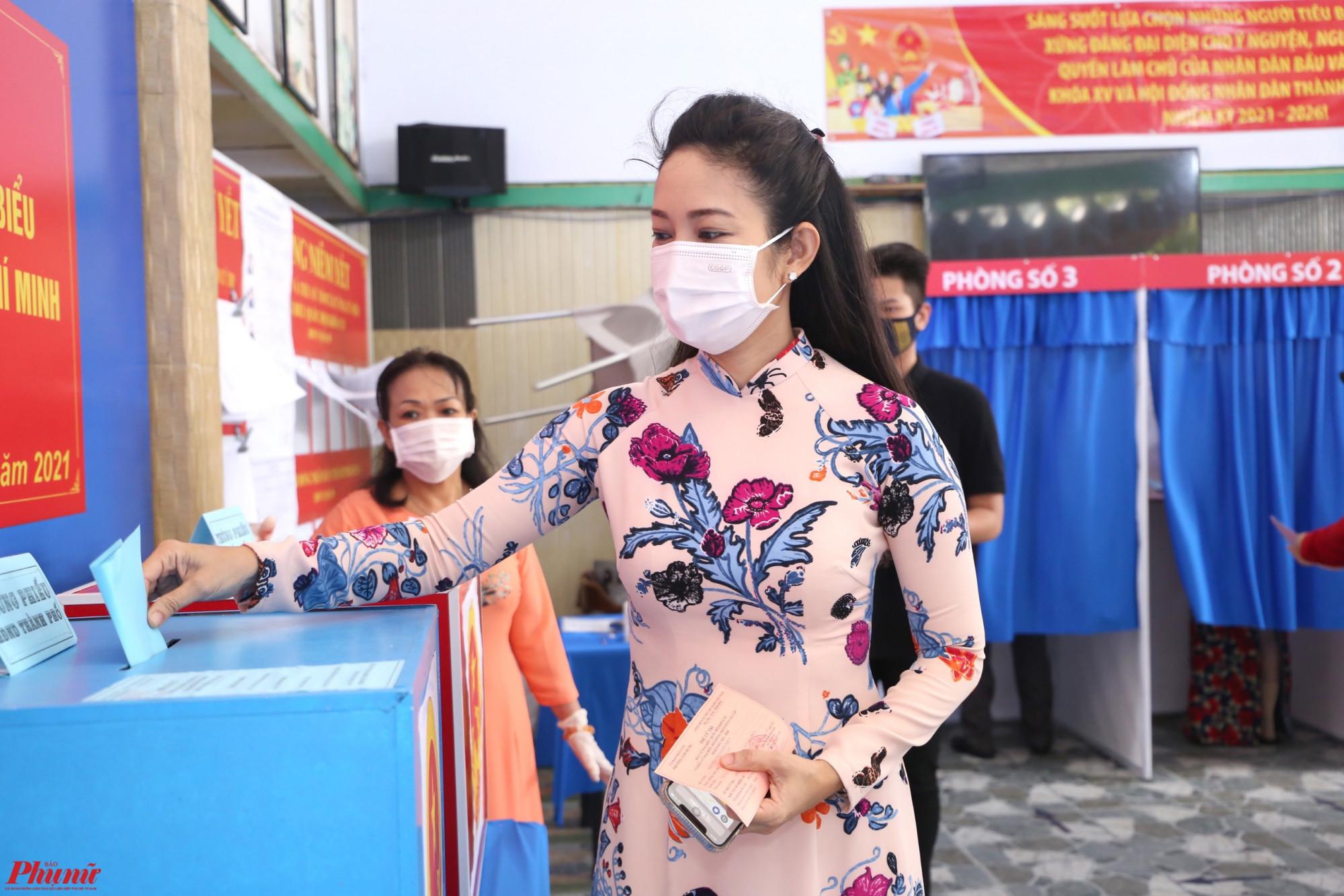NS ƯT Thanh Thuý bỏ phiếu bầu.