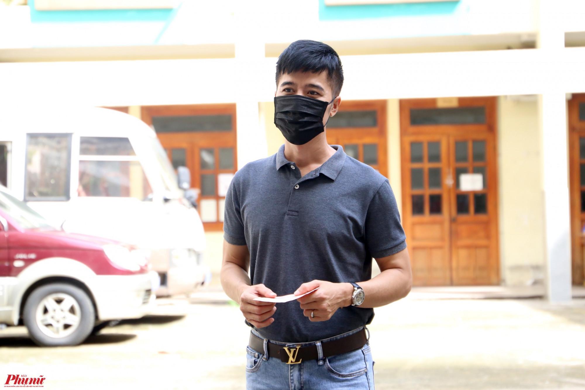 Nghệ sĩ Quang Thảo bỏ phiếu bầu cử tại số 5, Nam Quốc Cang (phường Phạm Ngũ Lão, Q.1).