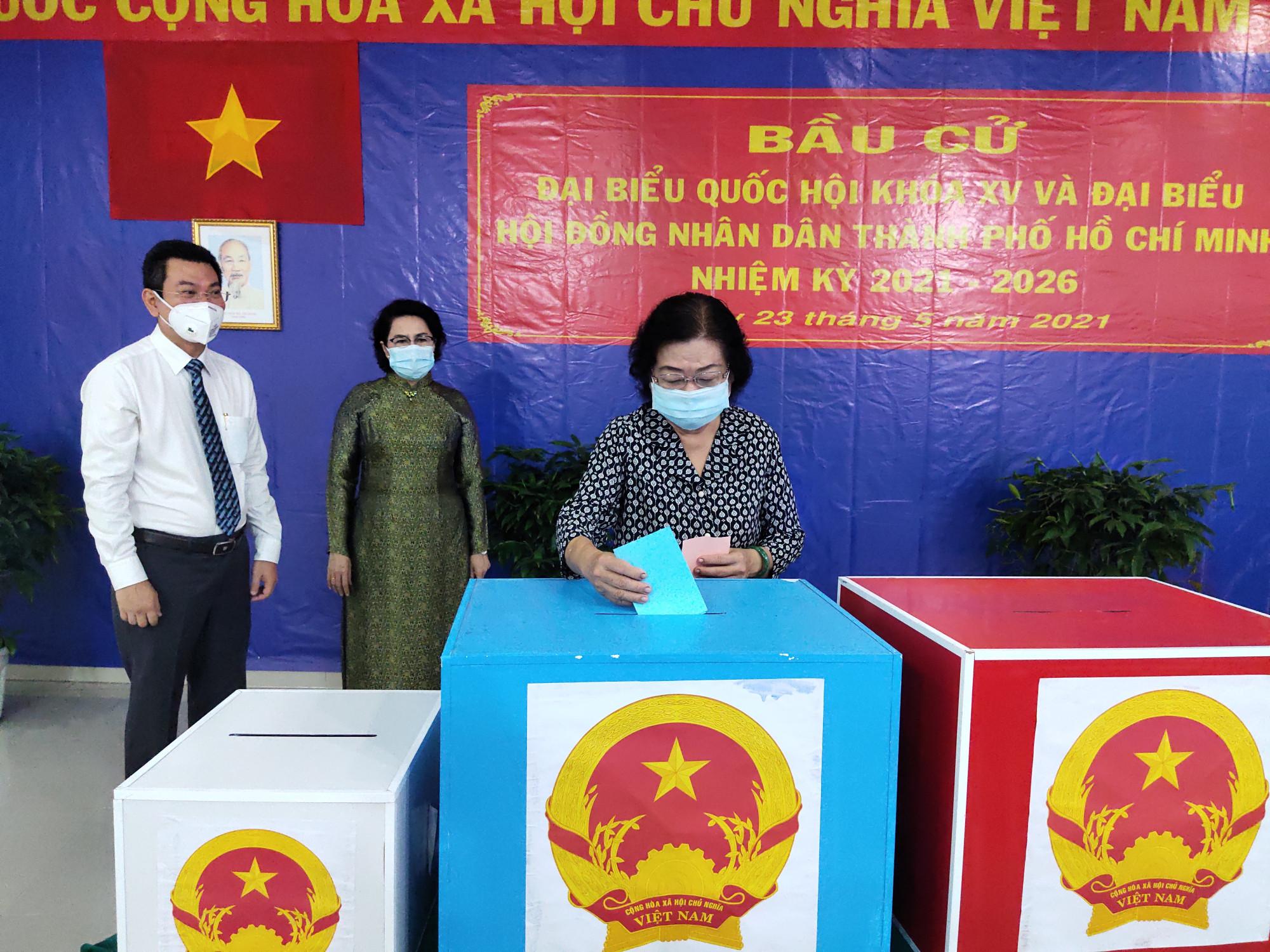 Nguyên Phó chủ tịch nước Trương Mỹ Hoa bỏ lá phiếu đầu tiên tại điểm bầu cử 102