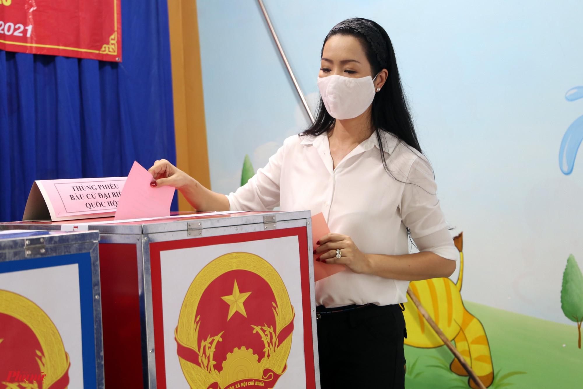 Nghệ sĩ Trịnh Kim Chi bỏ phiếu