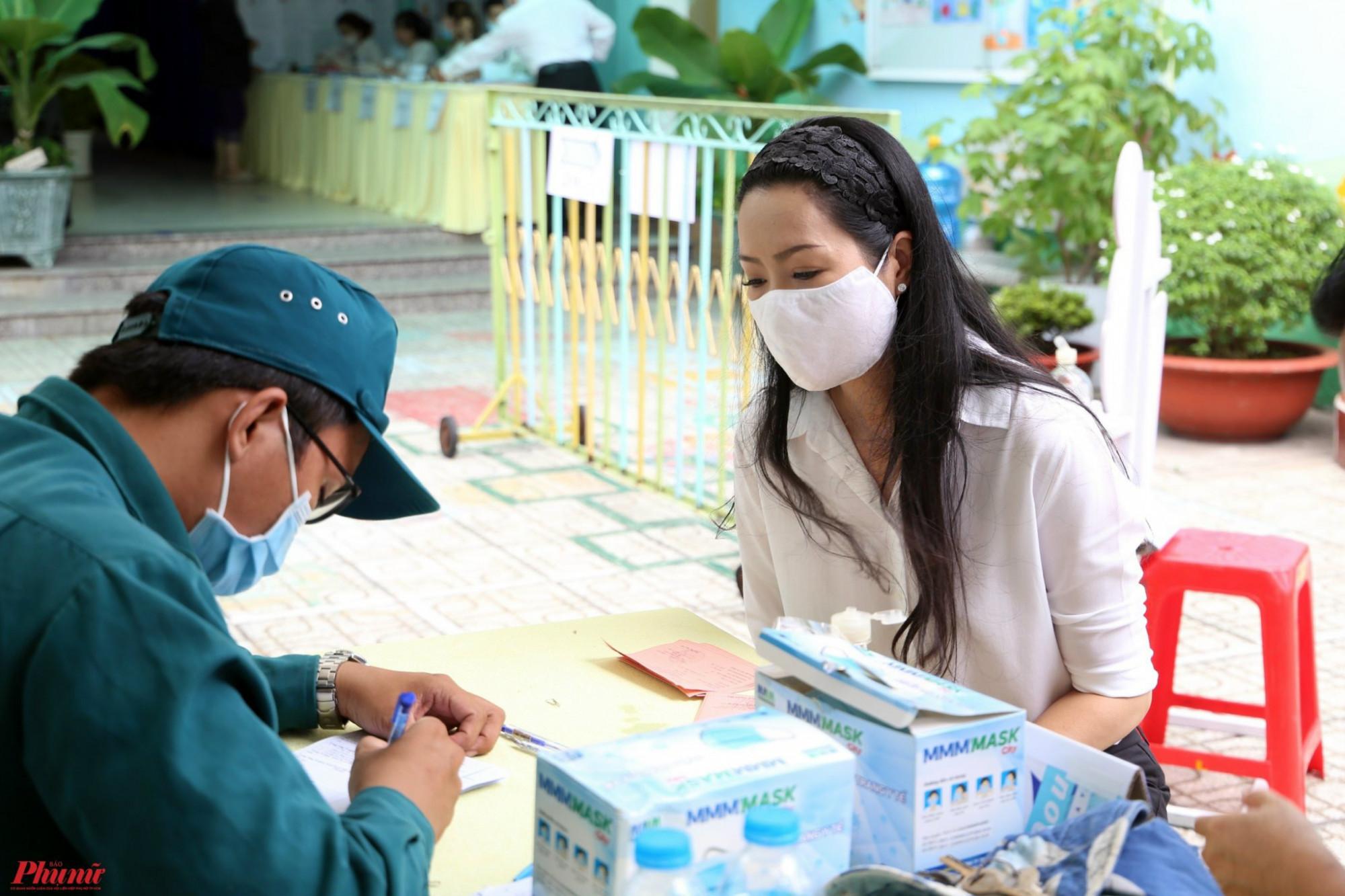 NSƯT Trịnh Kim Chi có mặt tại điểm bầu cử ở số 186, đường Nguyễn Văn Lượng, P.17, Q. Gò Vấp vào trưa 23/5 để bỏ phiếu. Chị tranh thủ đến điểm bầu cử sau khi lo công việc cho gia đình vào buổi sáng. Gần đây, gia đình nữ nghệ sĩ có tang.