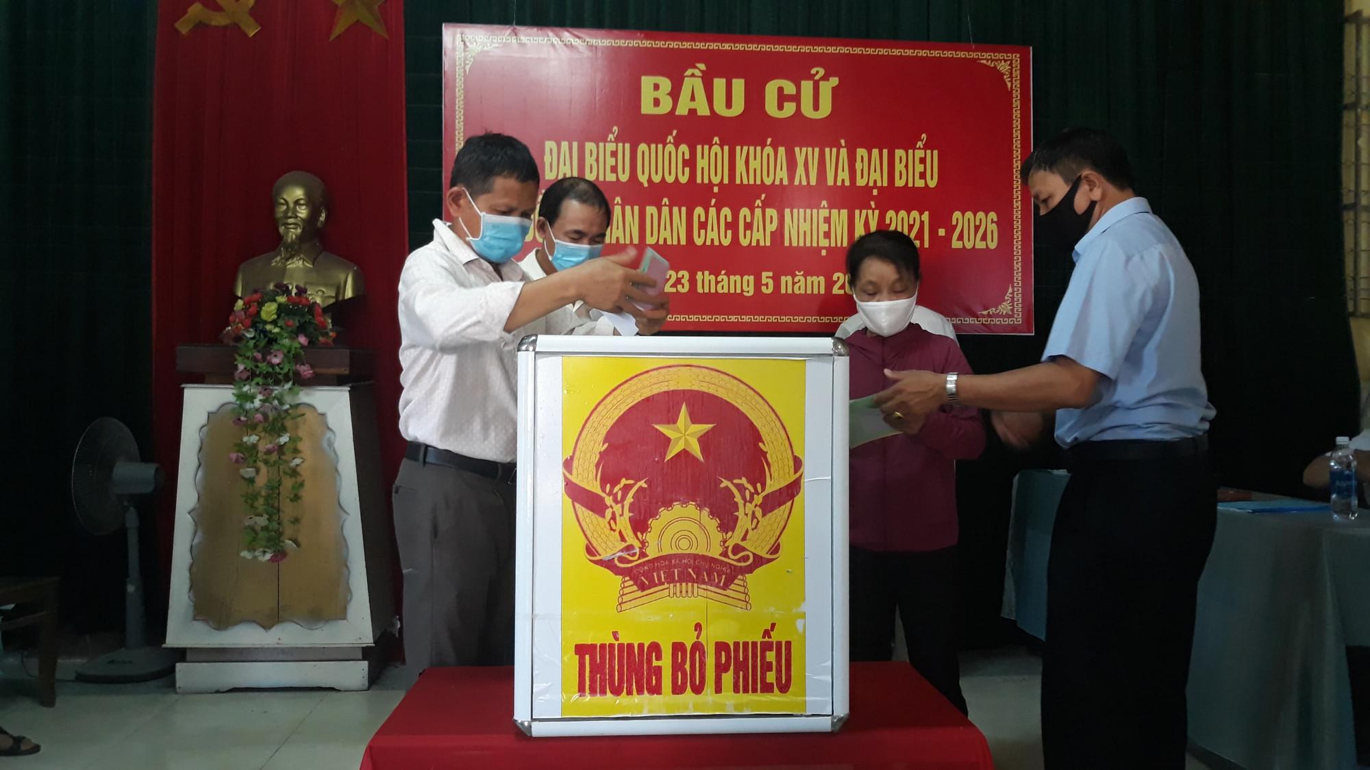 Cử tri bỏ phiếu tại TP Đông Hà ( Quảng Trị) tham gia ngày hội bầu cử