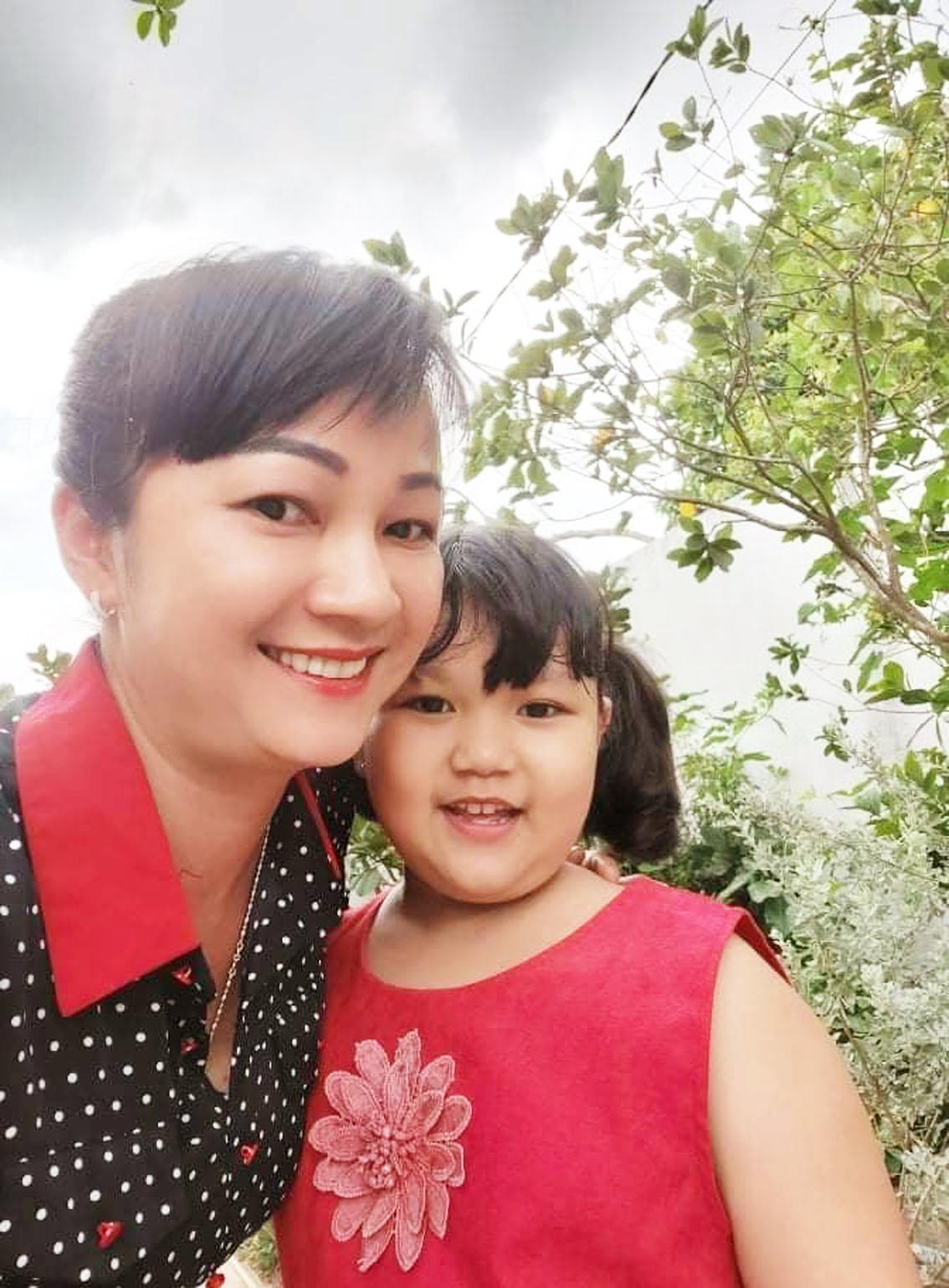 Chị Thùy Trang cùng con gái đầu lòng đảm đang