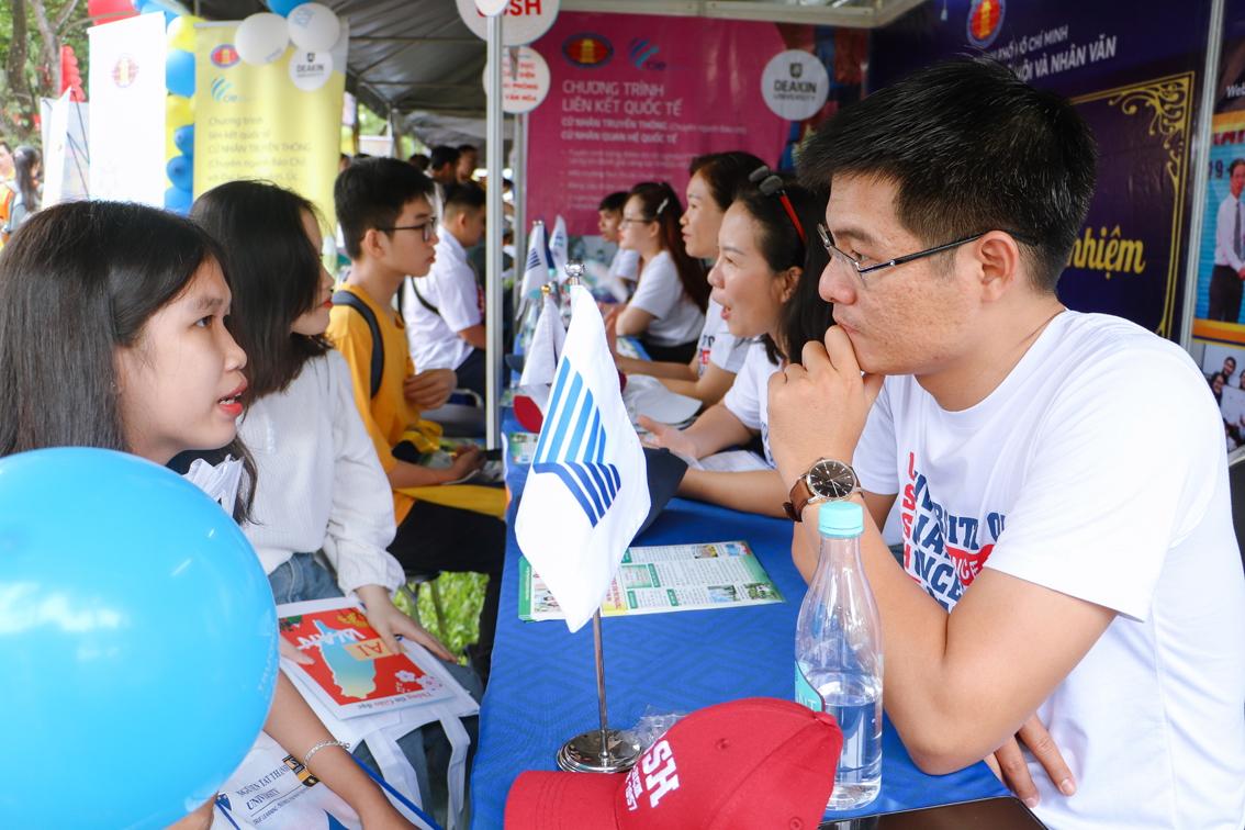 Thạc sĩ Trần Nam, Trường đại học Khoa học xã hội và Nhân văn - Đại học Quốc gia TP.HCM (bìa phải) đang tư vấn cho  thí sinh - Ảnh: Thanh Thanh