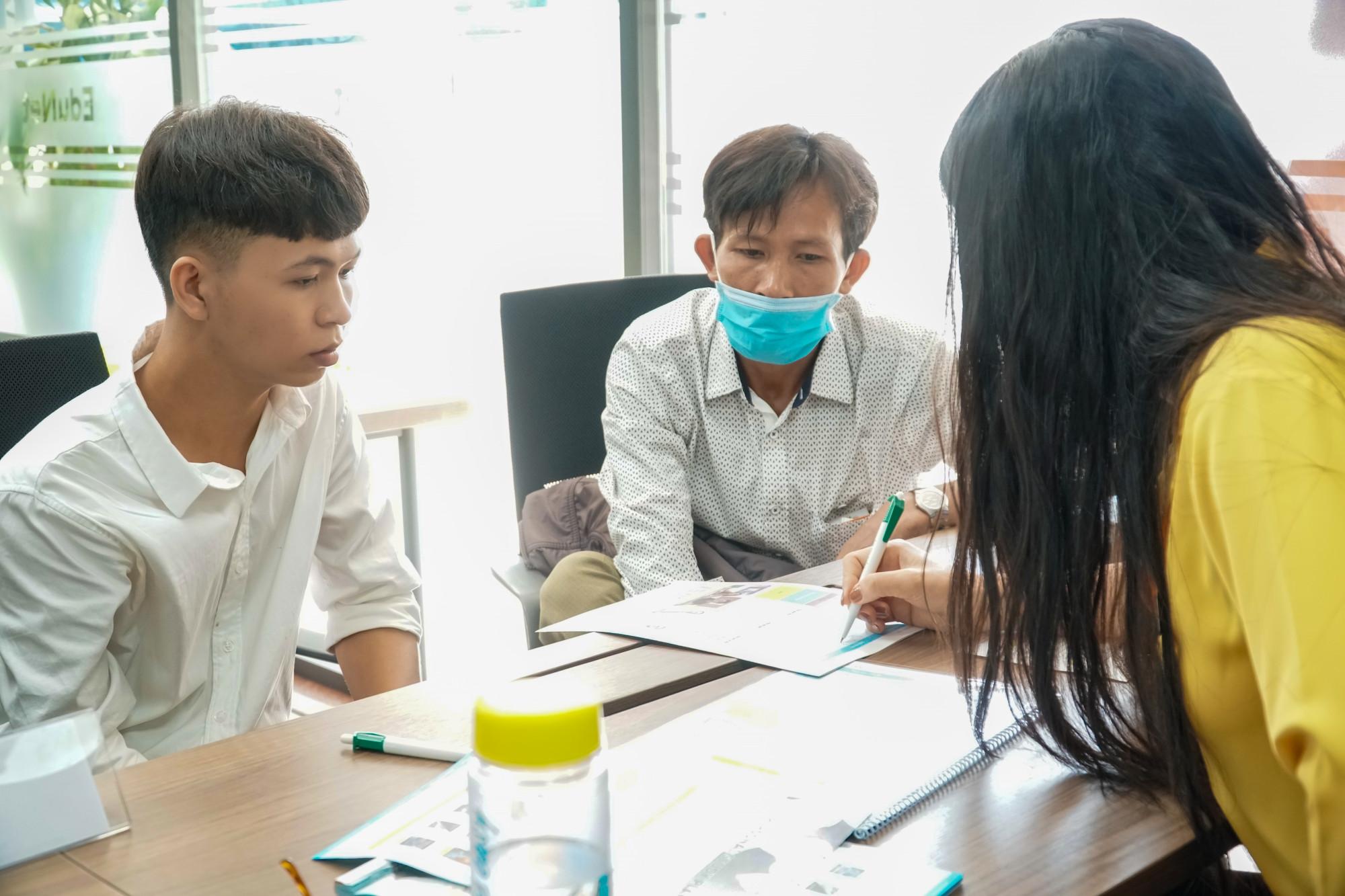 Thí sinh và phụ huynh đăng ký xét tuyển học bạ tại Trường ĐH Công nghệ TPHCM