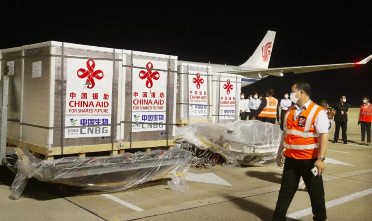Công nhân đang vận chuyển vắc-xin Sinopharm của Trung Quốc được  Tổ chức Y tế thế giới phê duyệt tại sân bay quốc tế Phnom Penh, Campuchia