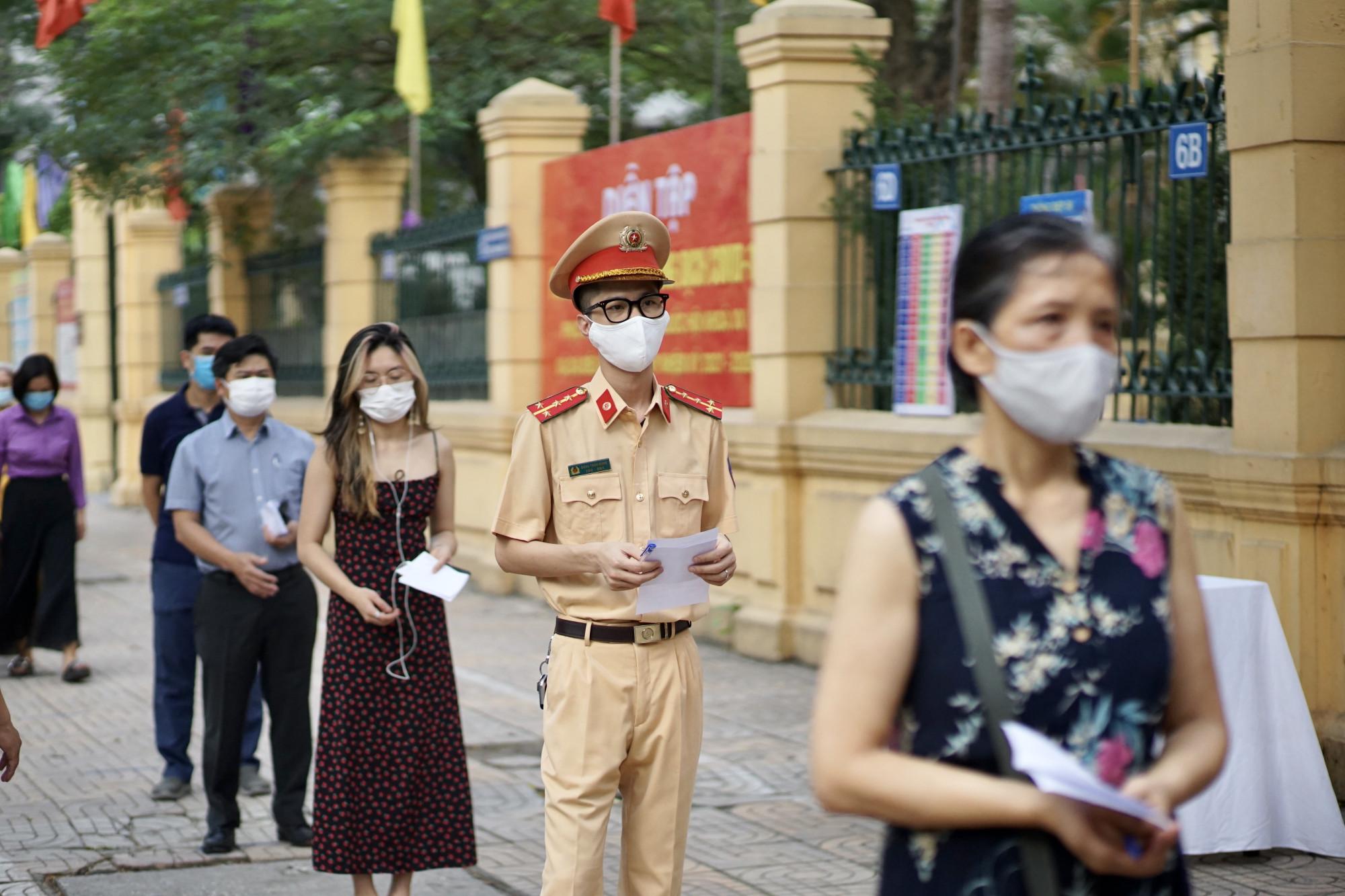 Cử tri đi tham gia bỏ phiếu tại Hà Nội.