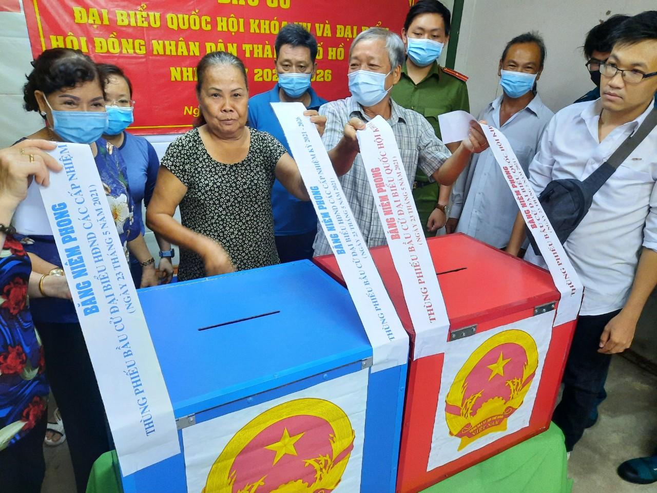 Tổ bầu cử tại quận 8 khui thùng phiếu, dưới sự chứng kiến của nhiều người