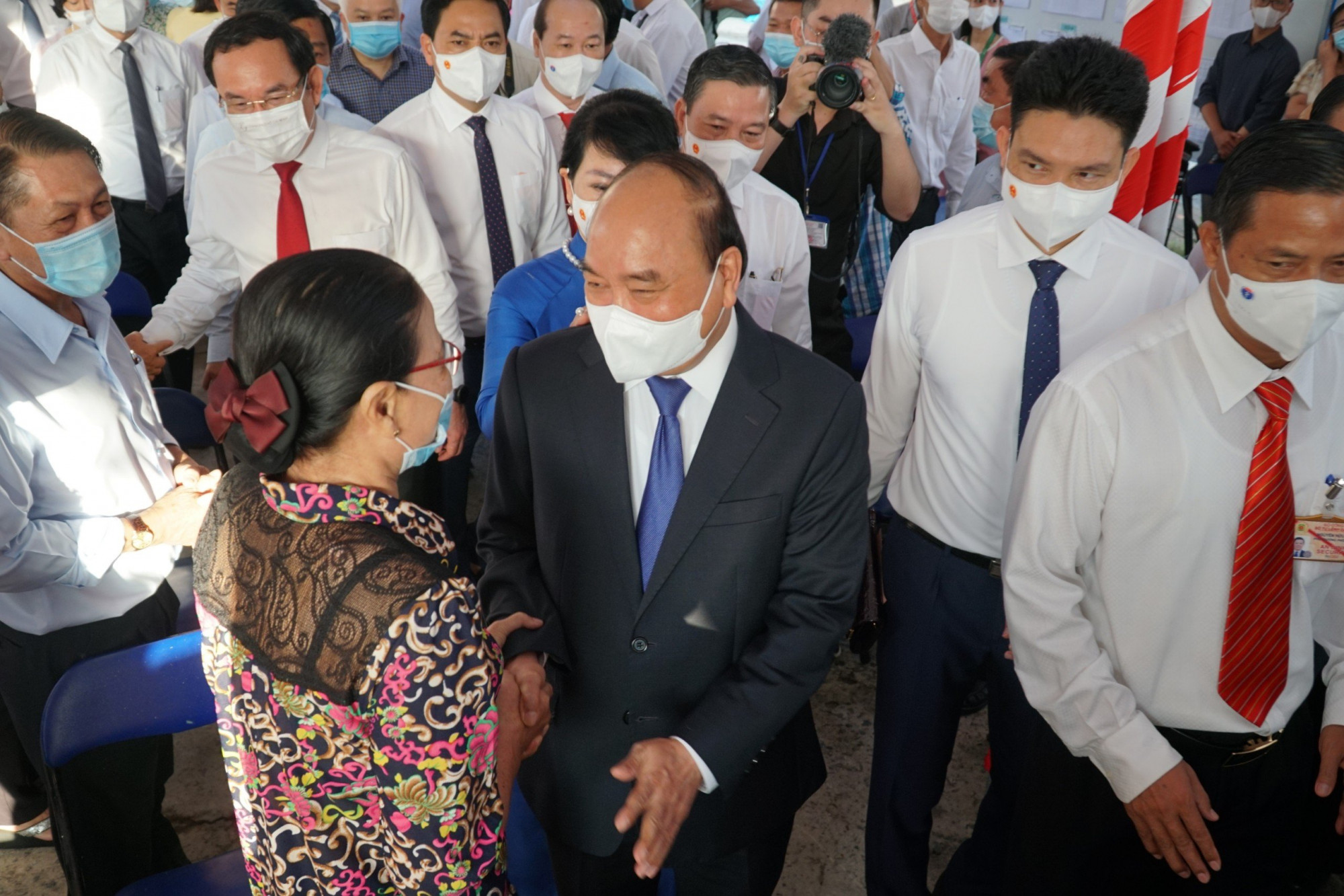 Sau khi bỏ phiếu, Chủ tịch nước Nguyễn Xuân Phúc thăm hỏi sức khỏe các cử tri