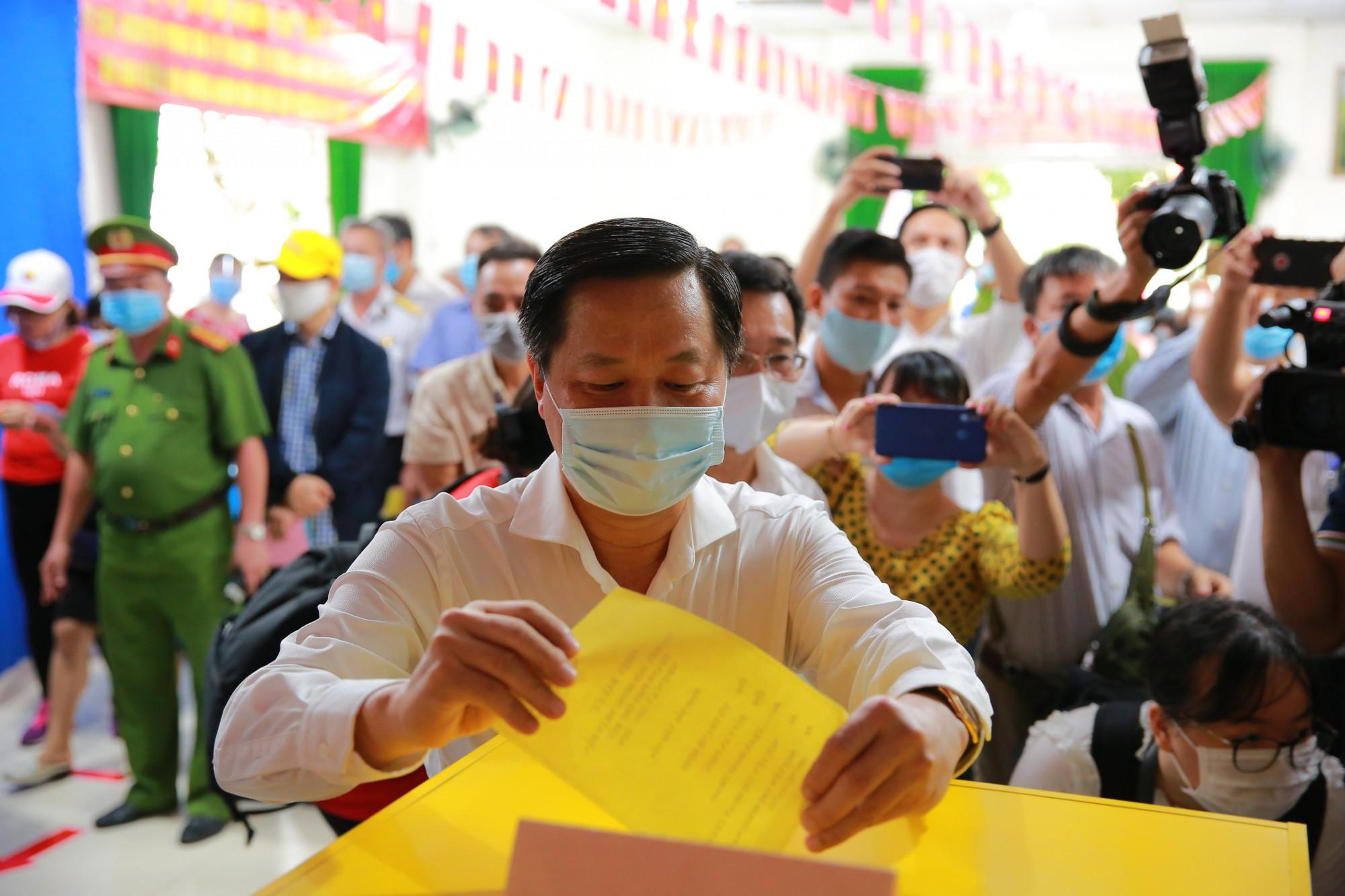 Phó thủ tướng Lê Minh Khái bỏ phiếu tại điểm bầu cử số 19, phường An Phú, quận 2, Thành phố Thủ Đức.