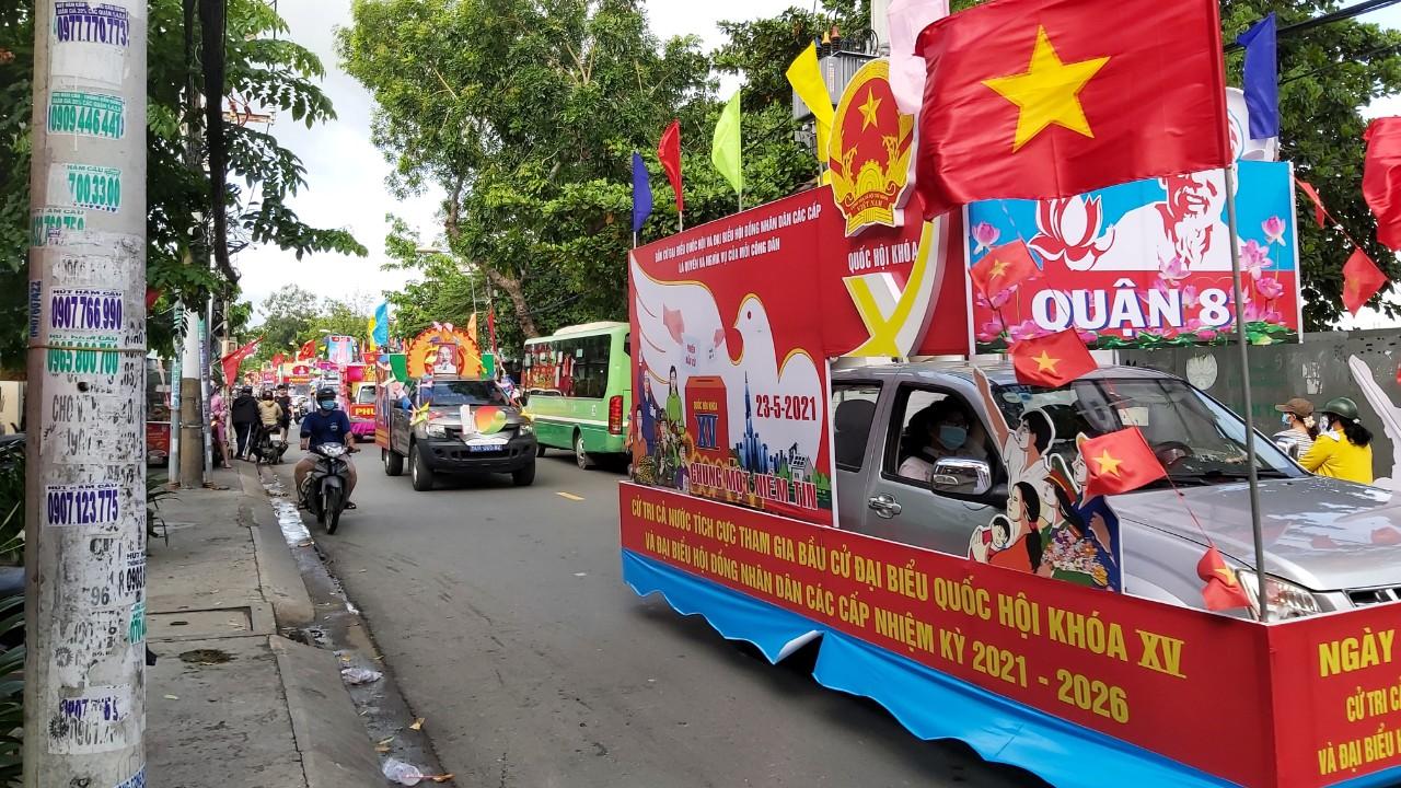 Tại quận 8, sáng 23/5, Ban tổ chức tổ chức đoàn xe hoa trên đường kêu gọi người dân đi bầu cử đầy đủ