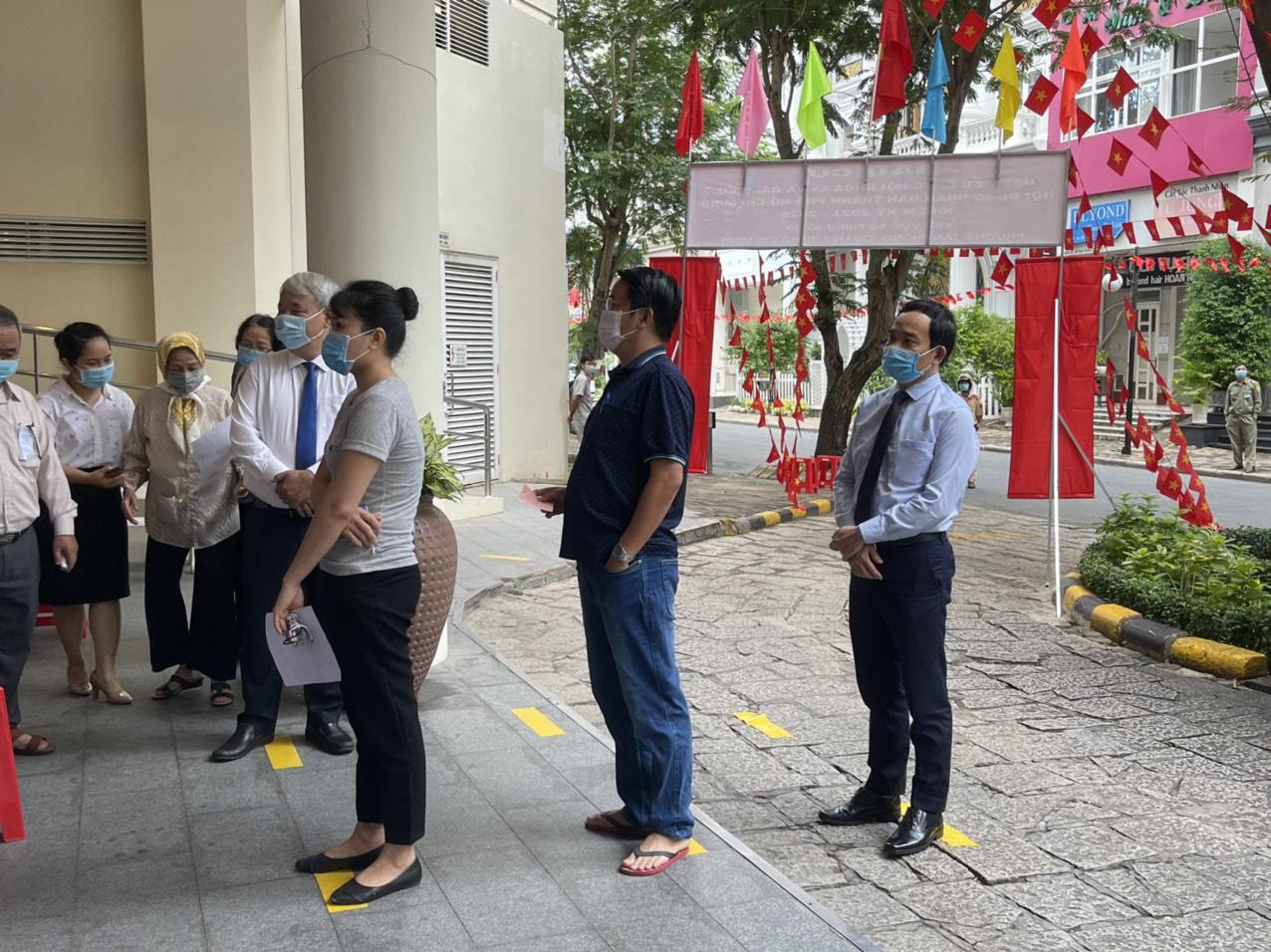 Tại điểm bỏ phiếu số 59, phường Tân Phong, quận 7, Bí thư Thành ủy Hải Phòng cũng có mặt rất sớm, xếp hàng vào bỏ phiếu