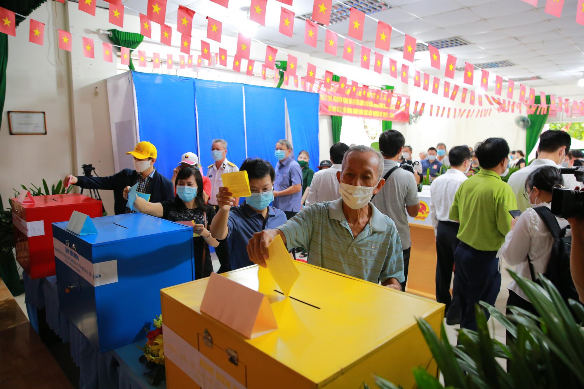 Lần lượt các cử tri cũng tiến vào bỏ phiếu tại điểm bầu cử số 19, phường An Phú, quận 2, Thành phố Thủ Đức