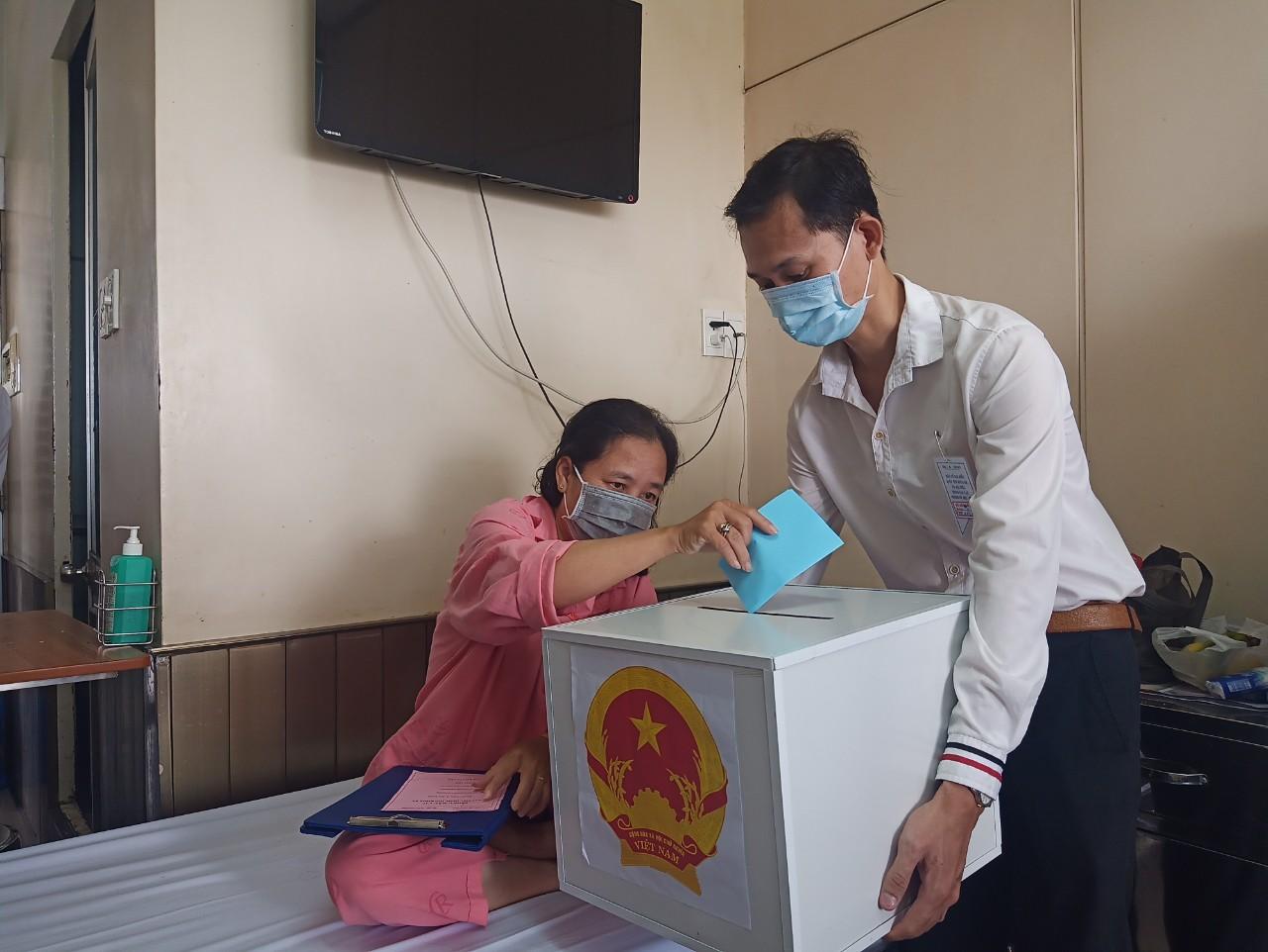 Tại điểm bầu cử ở Bệnh viện Chợ Rẫy, Ban tổ chức trực tiếp mang thùng phiếu đến cho các bệnh nhân bầu cử