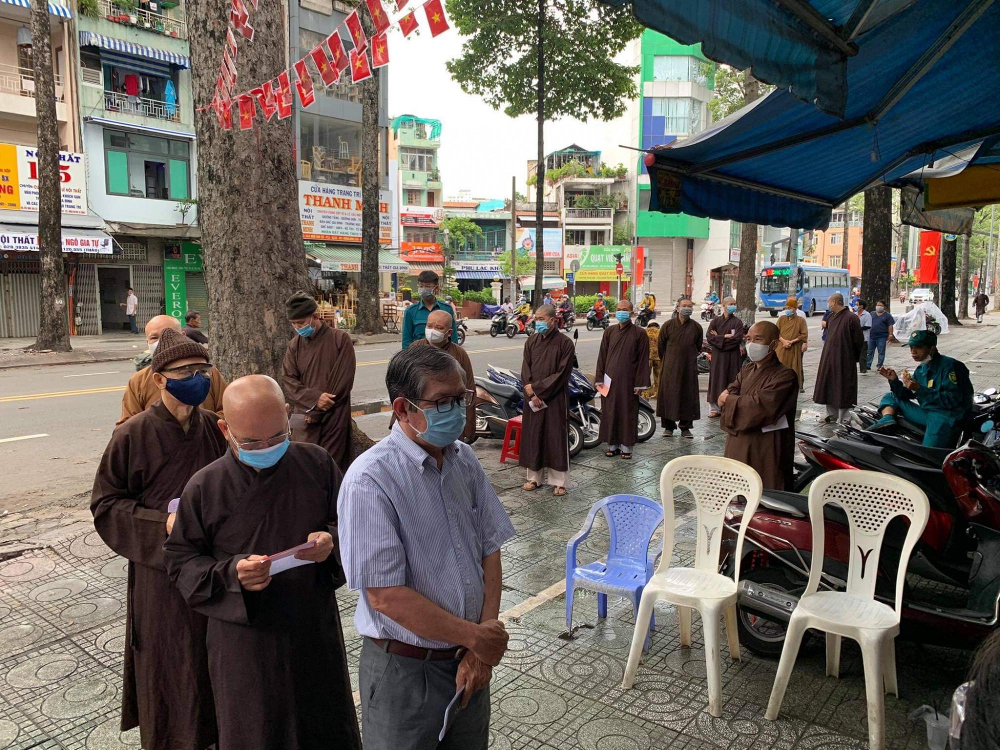 Các vị chức sắc tôn giáo và chư tăng tiến hành bỏ phiếu bầu cử tại khu vực bỏ phiếu số 50, phường 9 quận 10, TPHCM