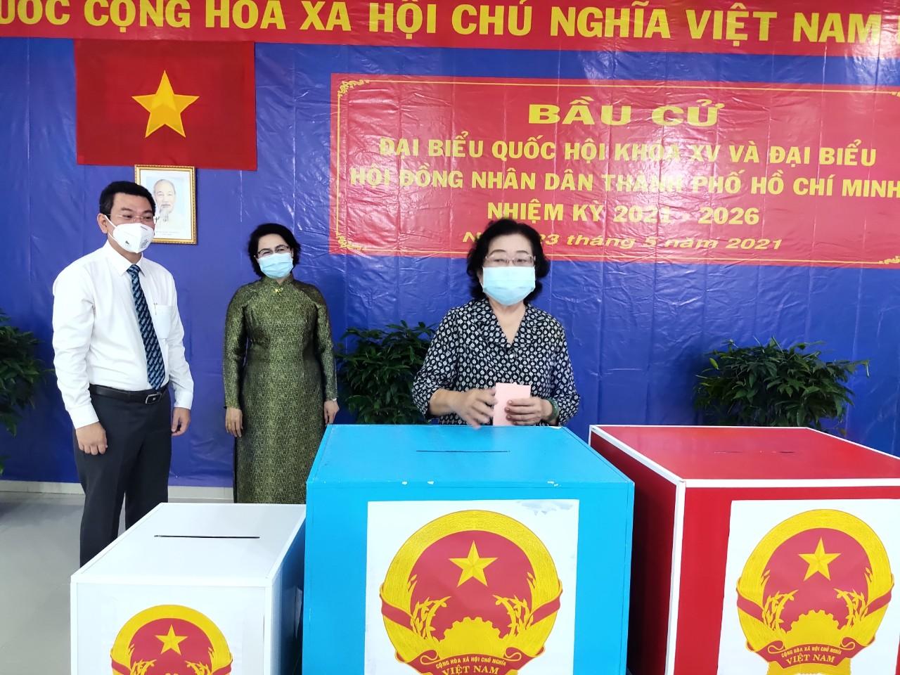 Nguyên Phó Chủ tịch nước Trương Mỹ Hoa bỏ phiếu thực hiện quyền cử tri tại điểm bầu cử số 102, phường Phú Thuận, quận 7