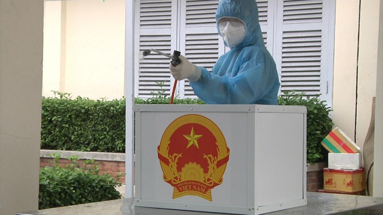 Xịt khuẩn đảm bảo an toàn trước khi bầu cử