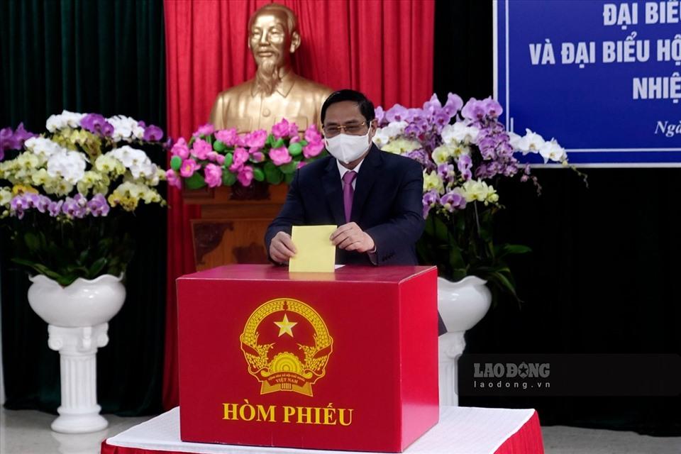 Thủ tướng Phạm Minh Chính tiến hành bỏ lá phiếu bầu cử vào thùng phiếu. Ảnh: Laodong