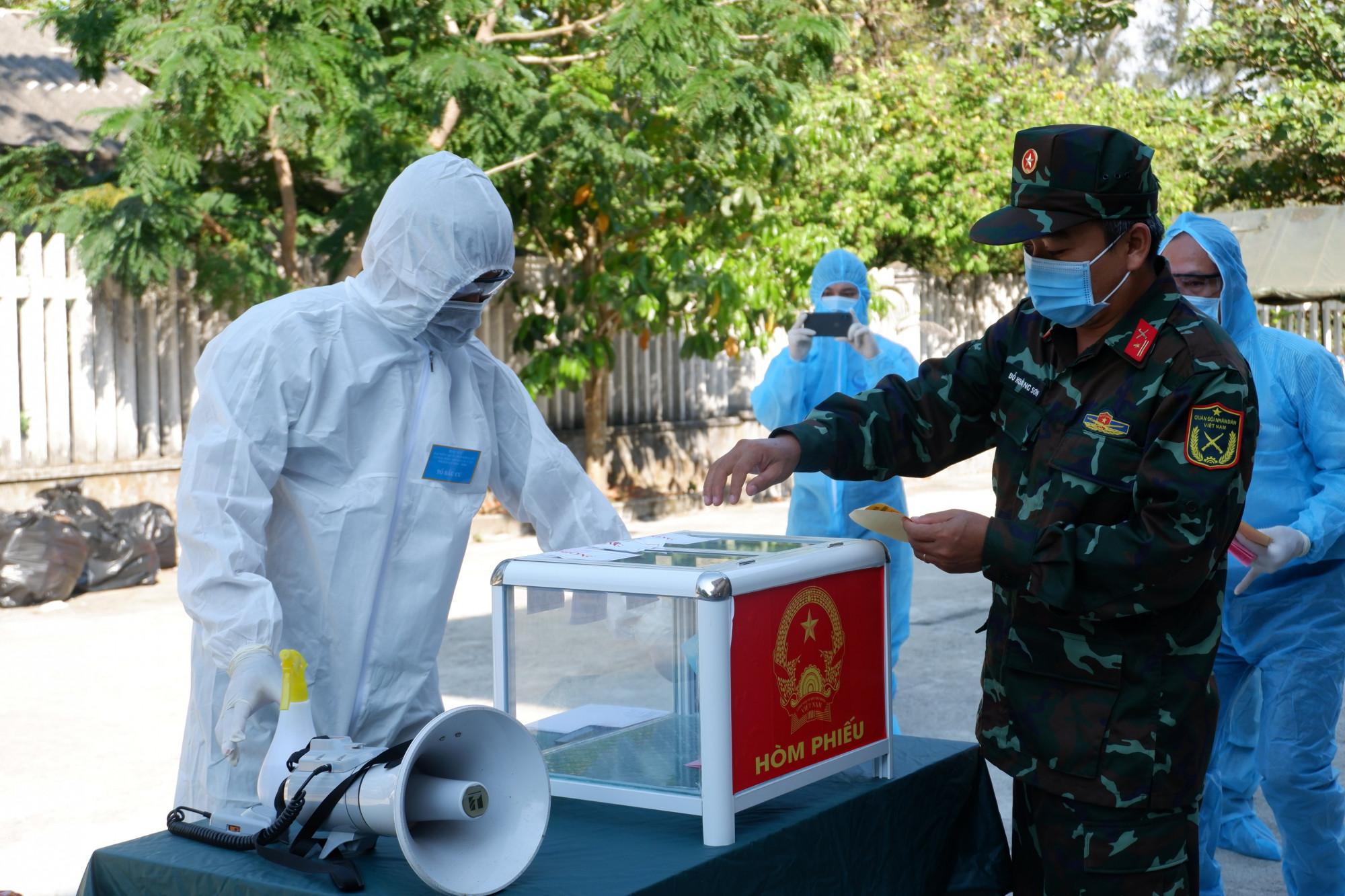 Tại Khu cách ly tập trung Trạm Y tế xã Tam Thanh (Tam Kỳ) thuộc Tổ bầu cử số 5 xã Tam Thanh, có 20 cử tri là F1 của các ca dương tính và 4 cán bộ của Khu cách ly đã thực hiện bầu cử.