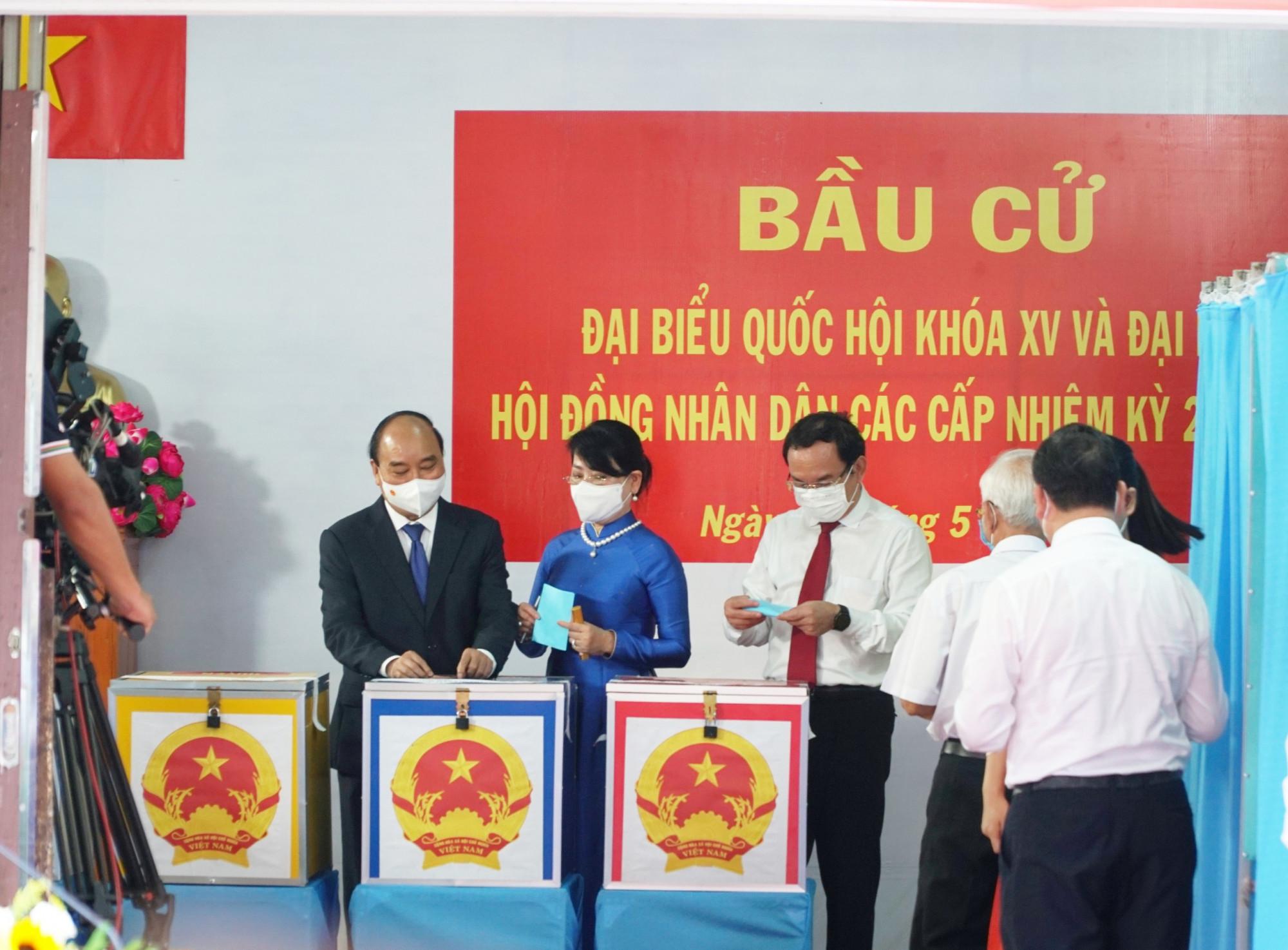 Chủ tịch nước Nguyễn Xuân Phúc và phu nhân chính thức bỏ những lá phiếu đầu tiên