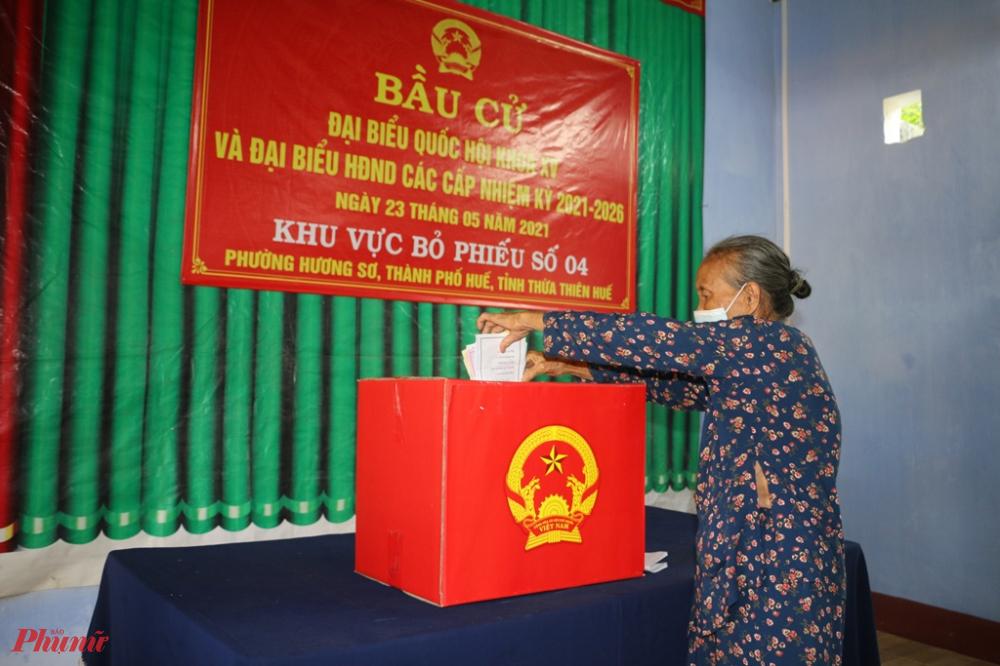 Tại phường Hương Sơ, TP. Huế ở đơn vị bầu cử số 2 và số 4 có hơn 800 cử tri là bà con  thuộc diện tái định cư di kinh thành Huế tham gia bầu cử trong sáng 23/5