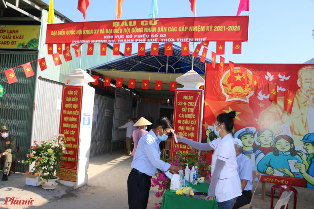 Từ 7 giờ sáng tại các điểm bầu cử ở tỉnh Thừa Thiên - Huế  những công dân Để trực tiếp cầm lá phiếu để lựa chọn những đại biểu tiêu biểu nhất tham gia vào Quốc hội khóa XV và HĐND các cấp nhiệm kỳ 2021-2026.