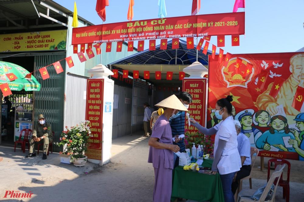 Đặc biệt đây là lần đầu tiên người dân tái định cư thượng thành Huế tham gia bài cử tại khu bực bỏ phiếu số 2 và số 4 phường Hương Sơ TP. Huế