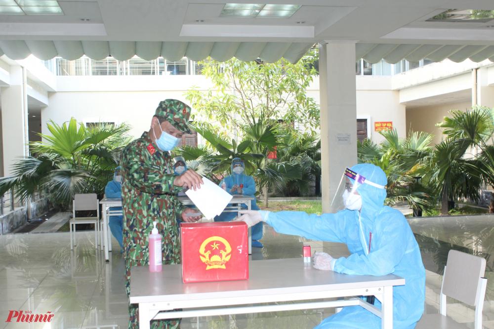 Khác với những điểm bầu cử trên địa bàn, công tác bầu cử tại khu cách ly T3, T4 tại trường Nghiệp vụ thuế thuộc xã Phú Thượng, huyện Phú Vang (Thừa Thiên – Huế) được thực hiện một cách riêng biệt